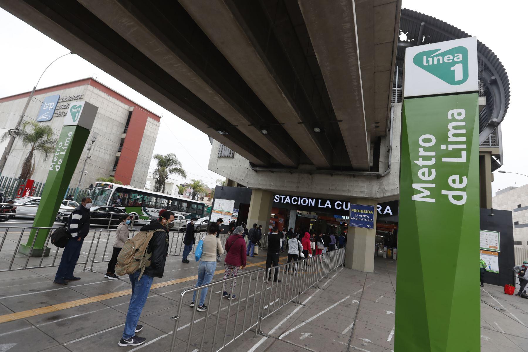 Ciudadanos acuden a sus centros de labores en el segundo día de culminada la cuarentena, muchos acuden a la estación Línea 1 del Metro La Cultura cerca a la av. Javier Prado. Foto: ANDINA/Renato Pajuelo