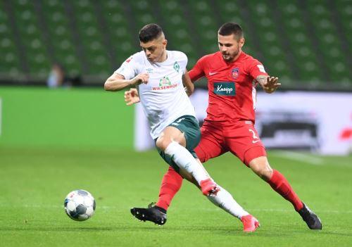 Werder Bremen prolongó su calvario y deberá esperar al partido de vuelta de la eliminatoria de descenso para lograr la salvación.
