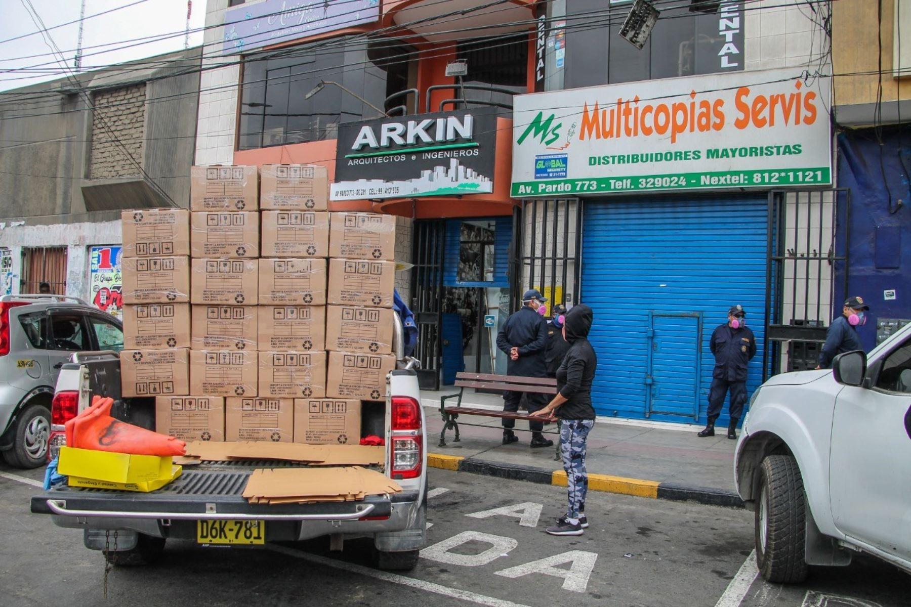 Autoridades municipalidad de Chimbote clausuran locales no autorizados que atendían a puertas cerradas.