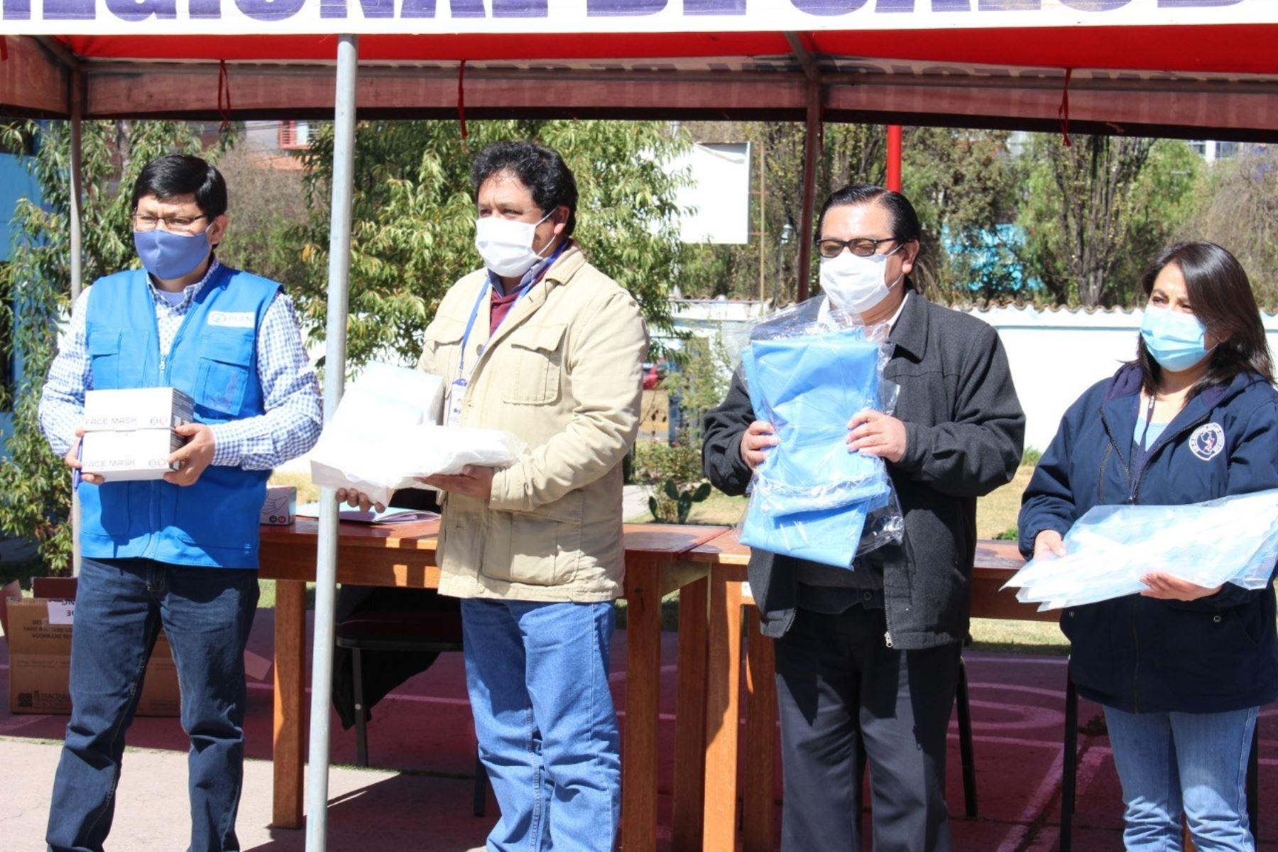 Autoridades de Cusco entregan insumos de protección al personal de la red Cusco Sur y Chumbivilcas y anuncian que intensificarán control en provincia de La Convención por aumento de casos de coronavirus. ANDINA/Difusión