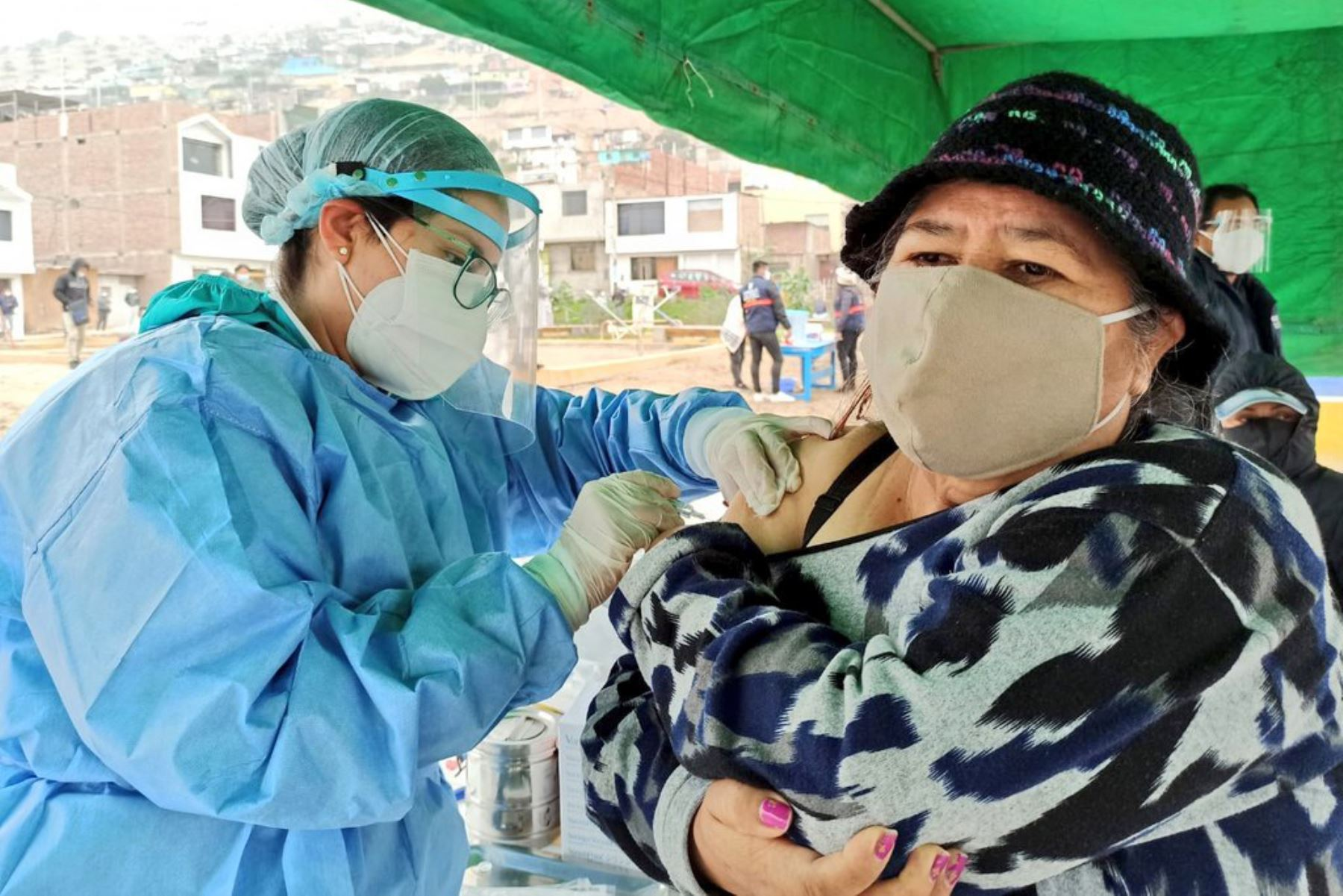 Teniendo en cuenta las constantes mutaciones del virus, será necesario establecer la vacunación anual, como viene siendo dispuesto en el caso de la gripe y la influenza. Foto: Minsa