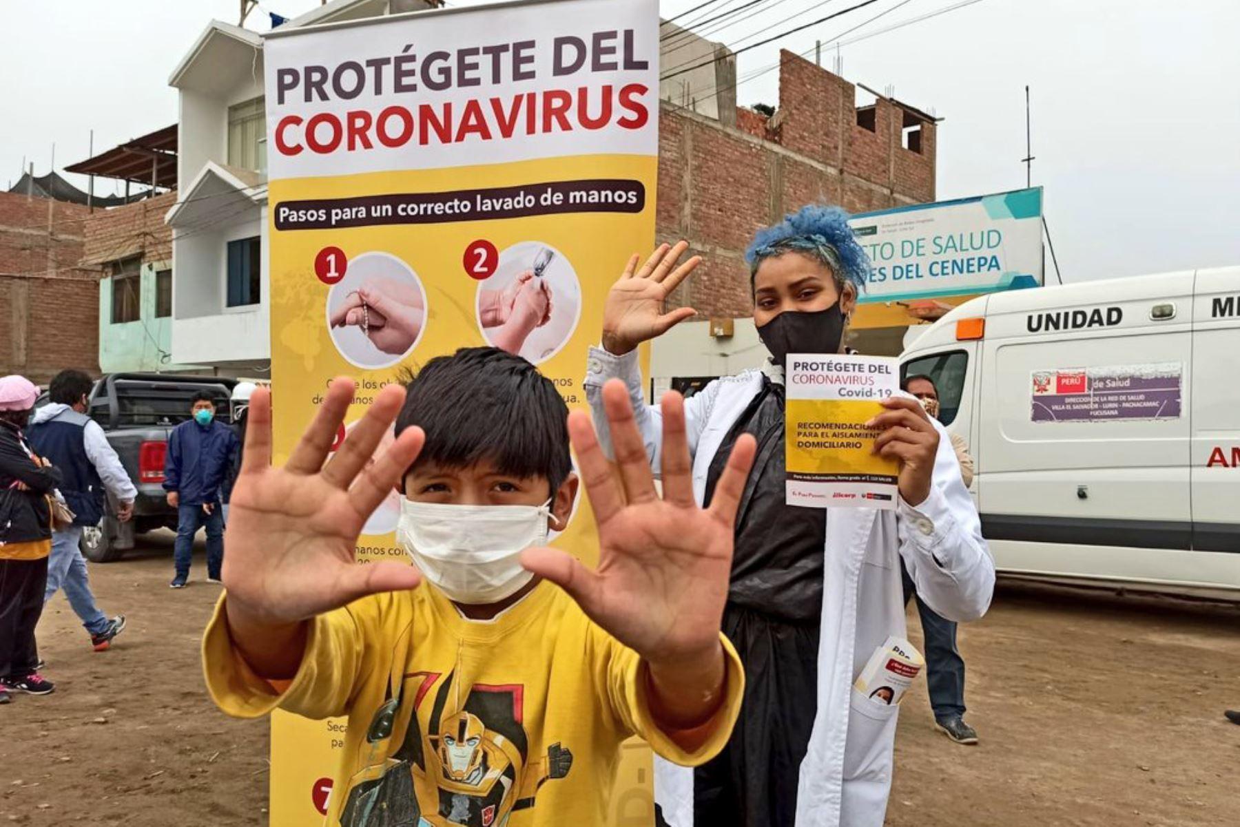"""Ministerio de Salud brinda atención integral de salud a más de 500 personas, entre ellos niños, gestantes y adultos mayores reciben vacunación, diagnóstico de anemia, control de diabetes, hipertensión en la zona de """"Héroes de Cenepa""""  en Villa El Salvador. Foto: Minsa"""