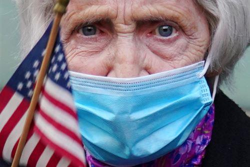 Según el recuento independiente de la Universidad Johns Hopkins, Estados Unidos acumula 2.7 millones de contagiados y 129,114 muertos. Foto: AFP
