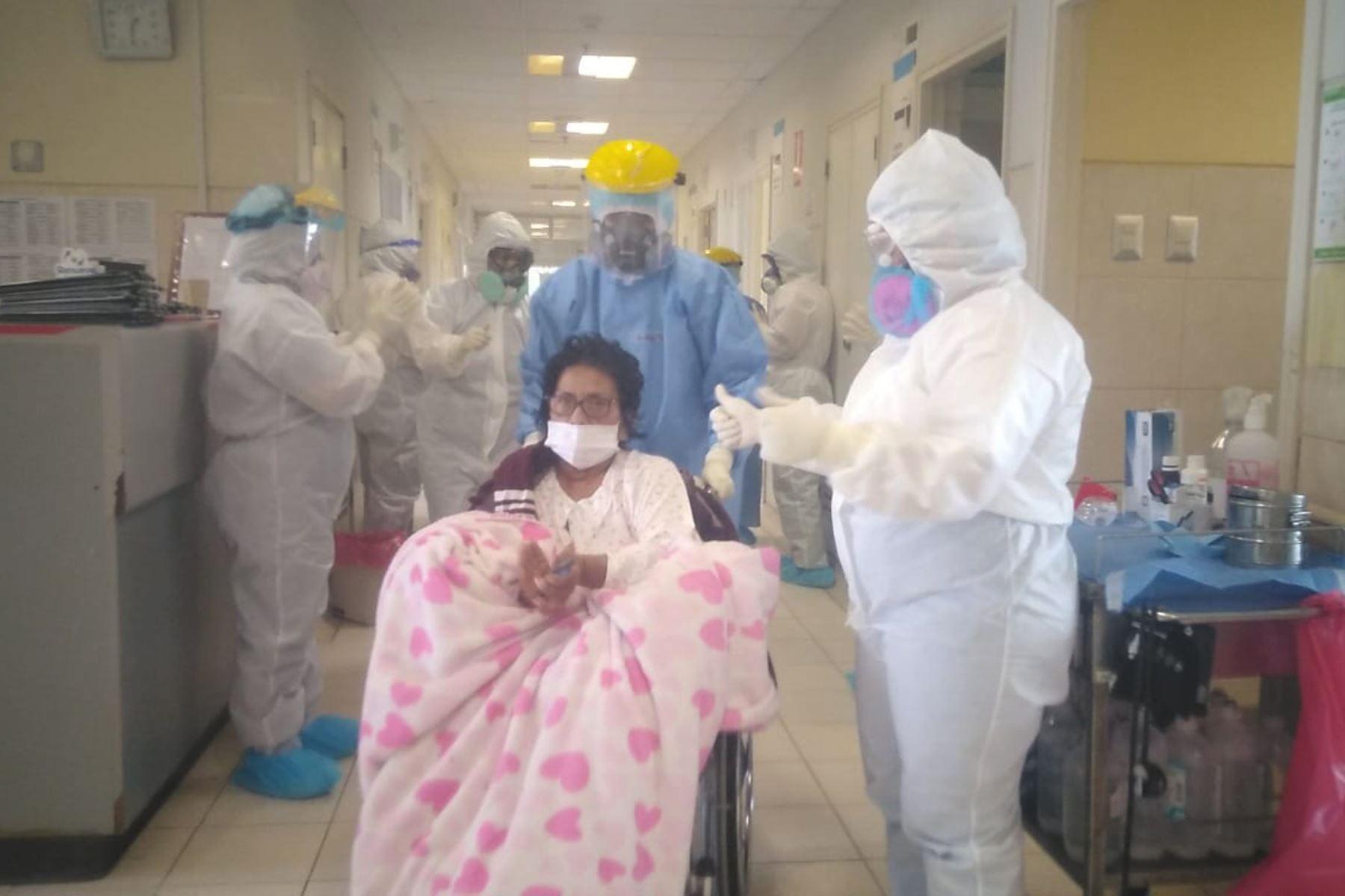 Dos pacientes fueron dados de alta del Hospital Luis Heysen Incháustegui, de la ciudad de Chiclayo, región Lambayeque.