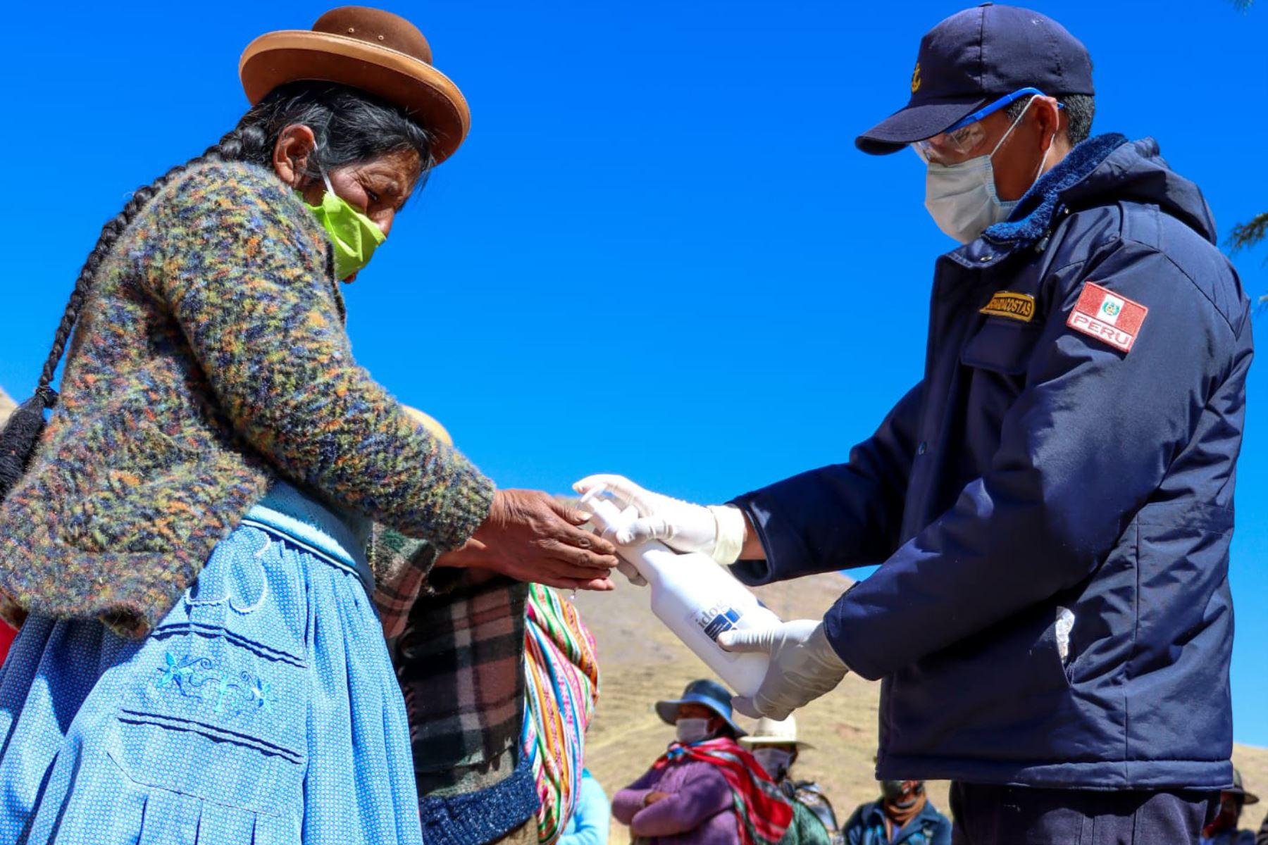 La Capitanía de Puerto de Puno y representantes de Cáritas Perú entregaron canastas con víveres y kits de aseo personal a familias más vulnerables del distrito de San Antón. Foto:Marina de Guerra