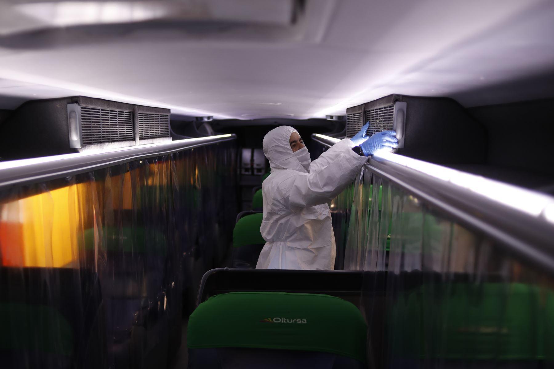 """Empresa de transporte interprovincial """"Oltursa"""" presenta protocolos de bioseguridad que aplicará al realizar sus viajes al interior del país durante estado de emergencia por coronavirus covid-19. Los buses contarán con filtros de aire.Foto: ANDINA/Renato Pajuelo"""