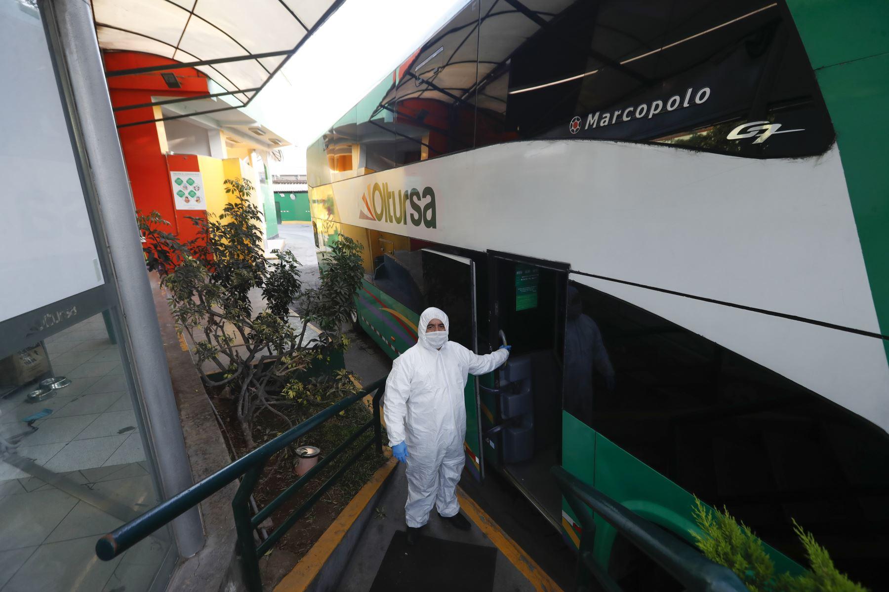 """Empresa de transporte interprovincial """"Oltursa"""" presenta protocolos de bioseguridad que aplicará al realizar sus viajes al interior del país durante estado de emergencia por coronavirus covid-19. Foto: ANDINA/Renato Pajuelo"""
