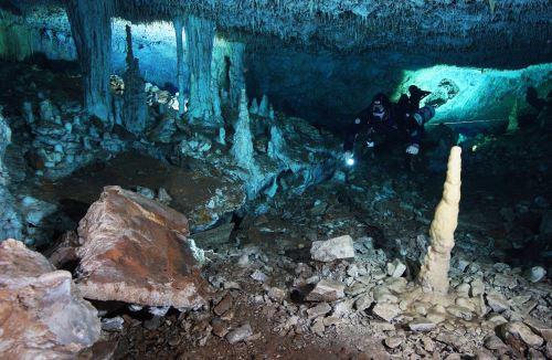 El acceso a estas cavernas, que en el pasado fueron espacio seco, se ubica unos 10 kilómetros tierra adentro de las famosas playas del Caribe mexicano. Foto: AFP