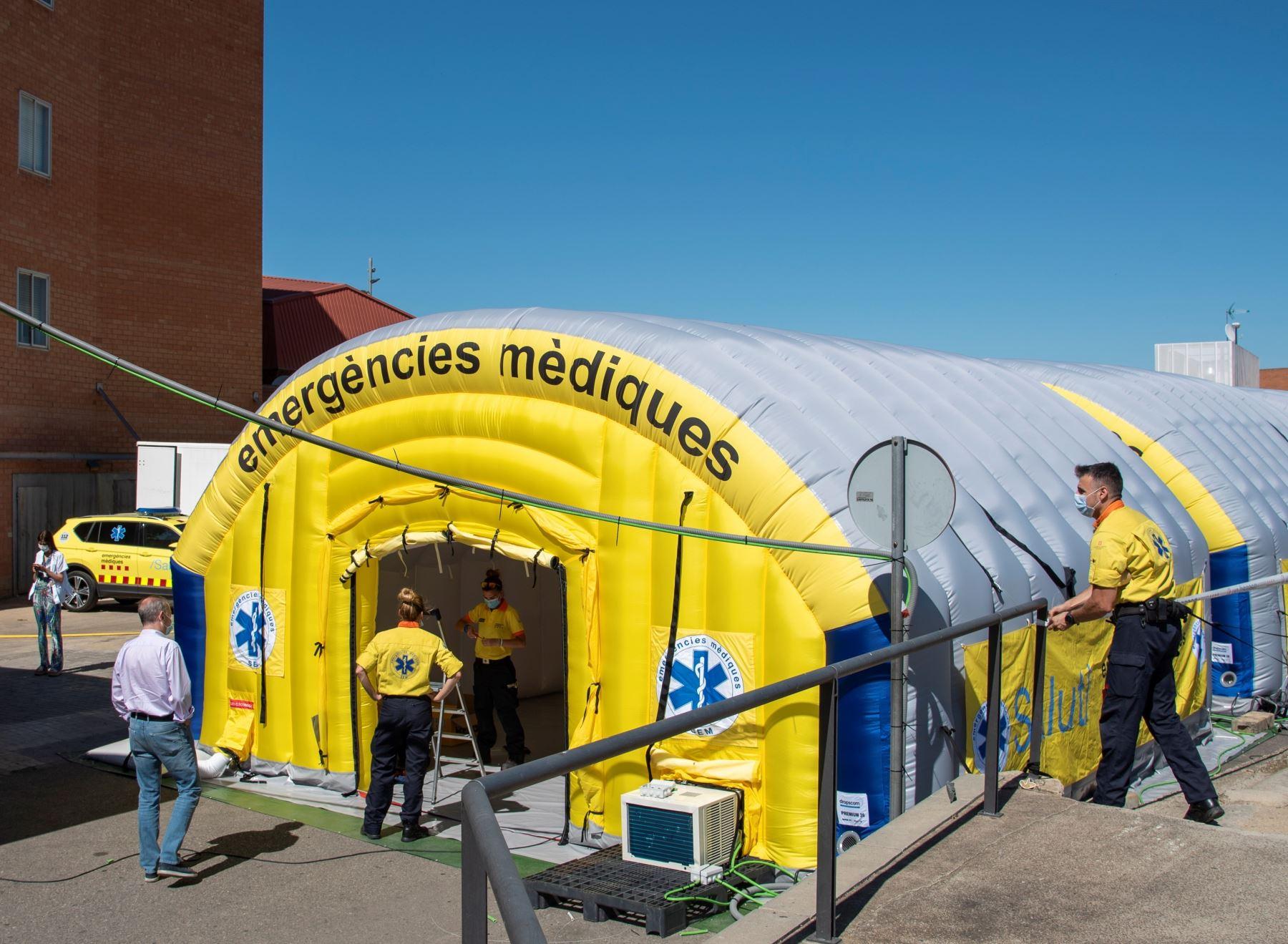 El Sistema de Emergencias Médicas (SEM) de la Generalitat de Cataluña ha instalado un hospital de campaña, formado por tres módulos independientes, junto al Hospital Universitario Arnau de Vilanova de Lleida, ante los nuevos brotes de coronavirus surgidos en los últimos días en esta demarcación. Foto: EFE