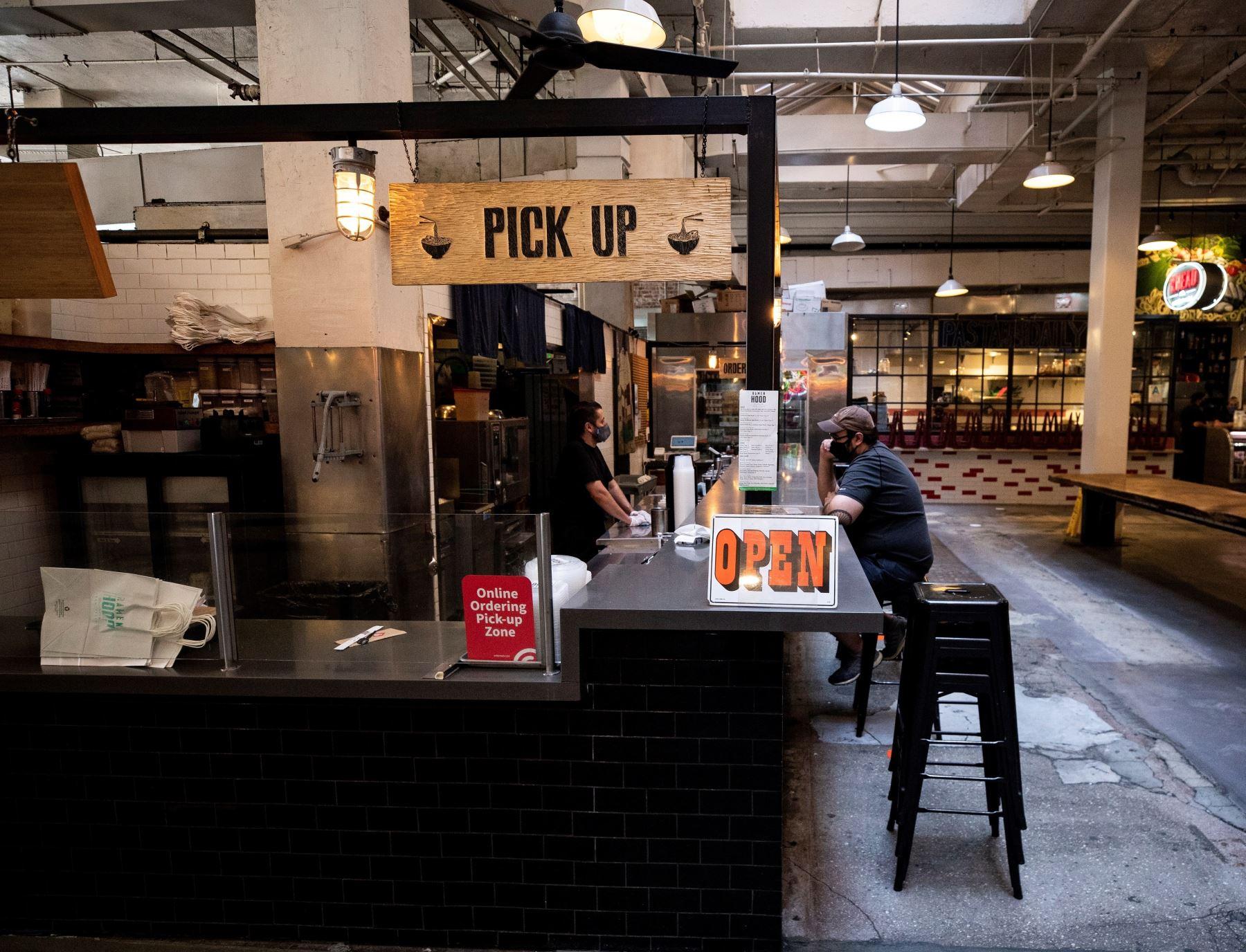 En la imagen, un cliente es atendido en un restaurante de Grand Central Market, en Los Ángeles. Foto: EFE