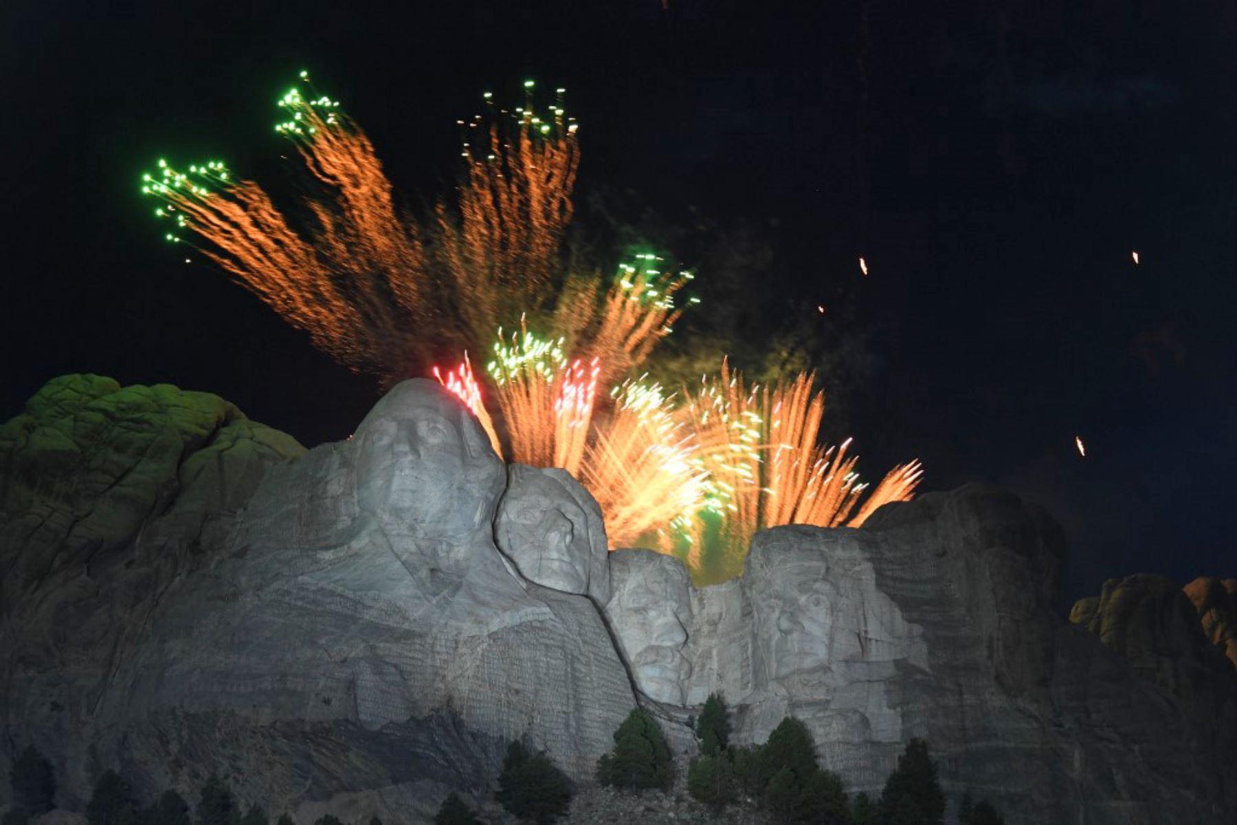 Los fuegos artificiales iluminan el cielo sobre el monumento nacional del monte Rushmore cerca de Keystone, Dakota del Sur. Foto: AFP