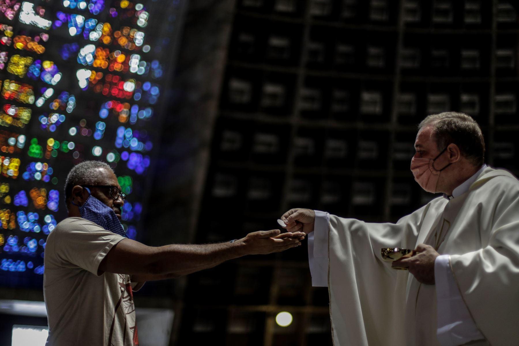 Un hombre es visto mientras recibe la comunión en una iglesia durante la celebración de una eucaristía en Río de Janeiro (Brasil). Foto: EFE