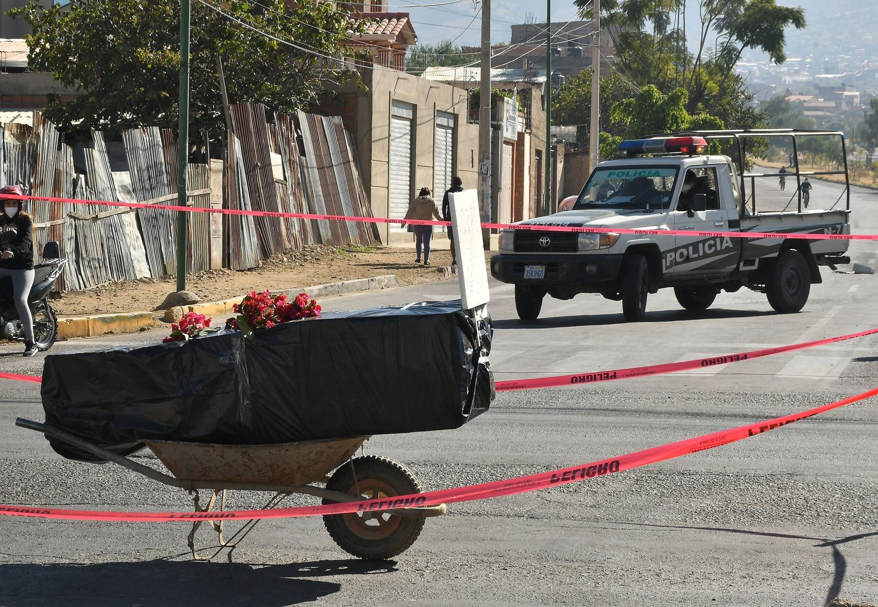 n ataúd con un fallecido por coronavirus fue colocado en plena calle como protesta por no poder enterrarlo o incinerarlo, este sábado en Cochabamba (Bolivia). Foto: EFE
