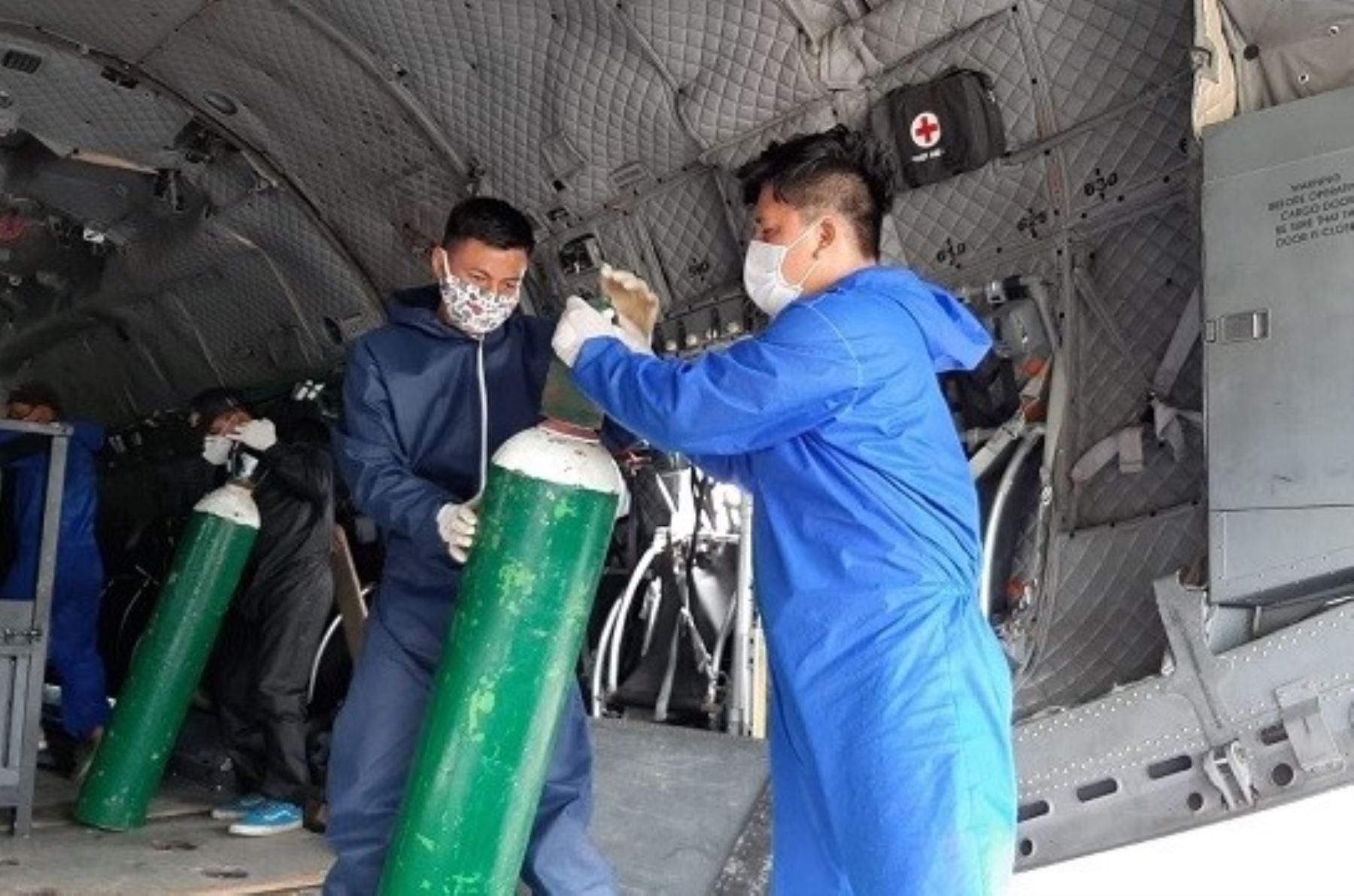 El Ministerio de Salud (Minsa) implementó un puente aéreo desde Lima para abastecer de forma interdiaria con 40 cilindros de oxígeno de 10 metros cúbicos cada uno al hospital de Moyobamba, en la región San Martín, el mismo que se mantendrá mientras persista la necesidad.