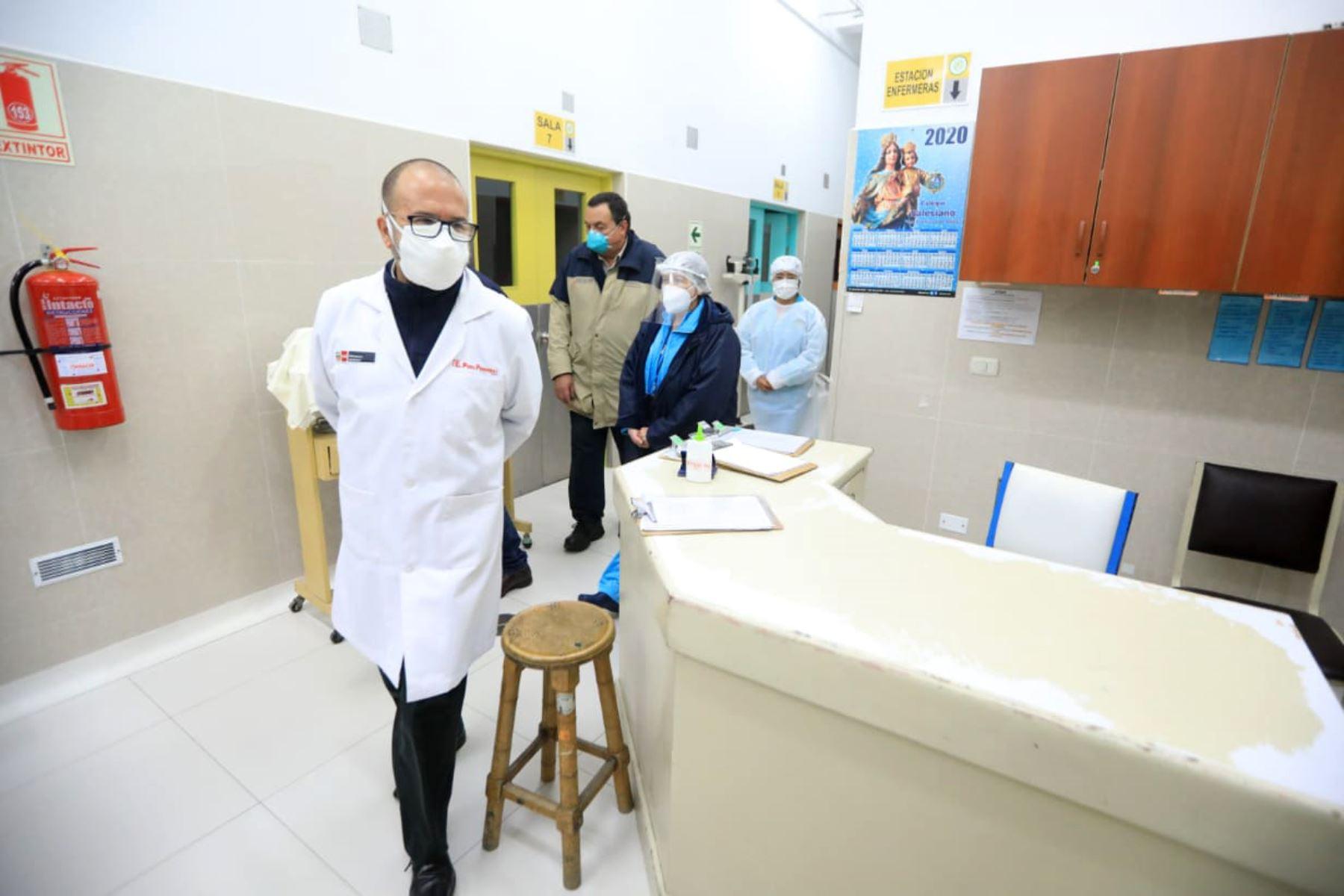 Como parte del Operativo Protección, que busca garantizar una atención de calidad a pacientes COVID-19, el ministro Víctor Zamora realiza una visita inopinada al INSN. También supervisa las acciones del nosocomio en favor de la población vulnerable.   Foto:ANDINA/@Minsa_Peru.