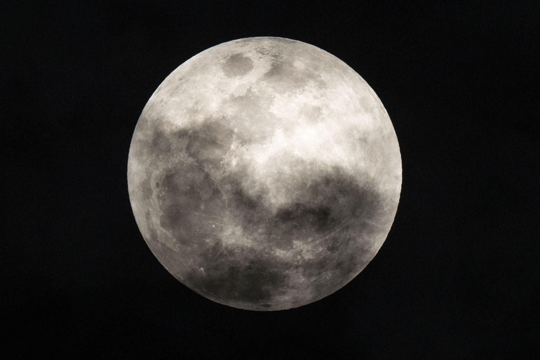 El primer evento astronómico de julio fue seguido por miles en redes sociales. Foto: ANDINA/ Carlos Lezama