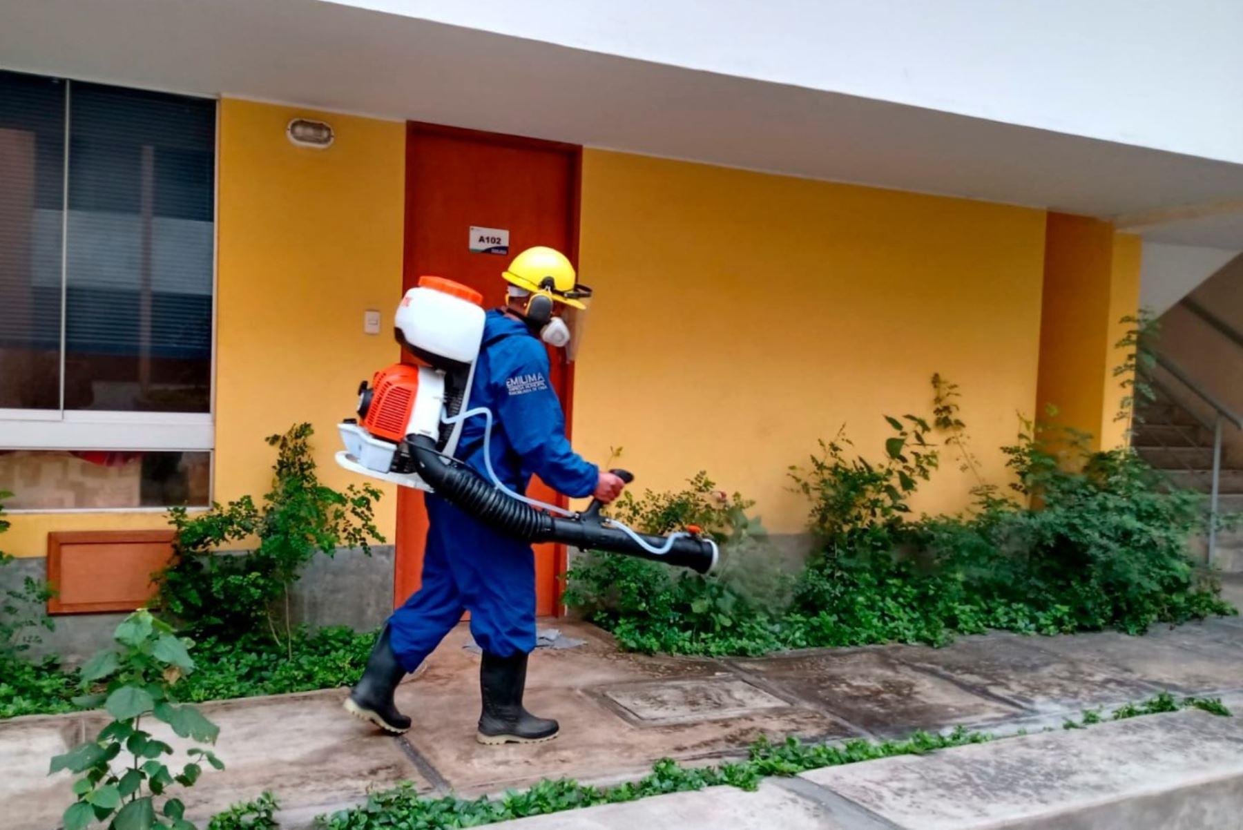 Coronavirus: desinfectan conjuntos habitacionales del Cercado de Lima. Foto: ANDINA/Difusión.