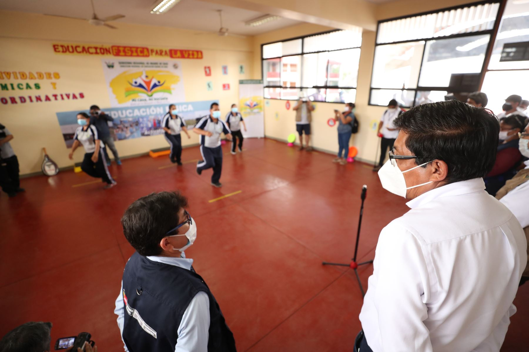 """El premier Vicente Zeballos y el ministro de Educación, Martín Benavides, visitaron la I.E. Santa Cruz en Tambopata.Para conocer de cerca la estrategia televisiva regional """"Mi casa, mi escuela"""" que complementa a la estrategia nacional Aprendo En Casa.Foto:ANDINA/PCM"""