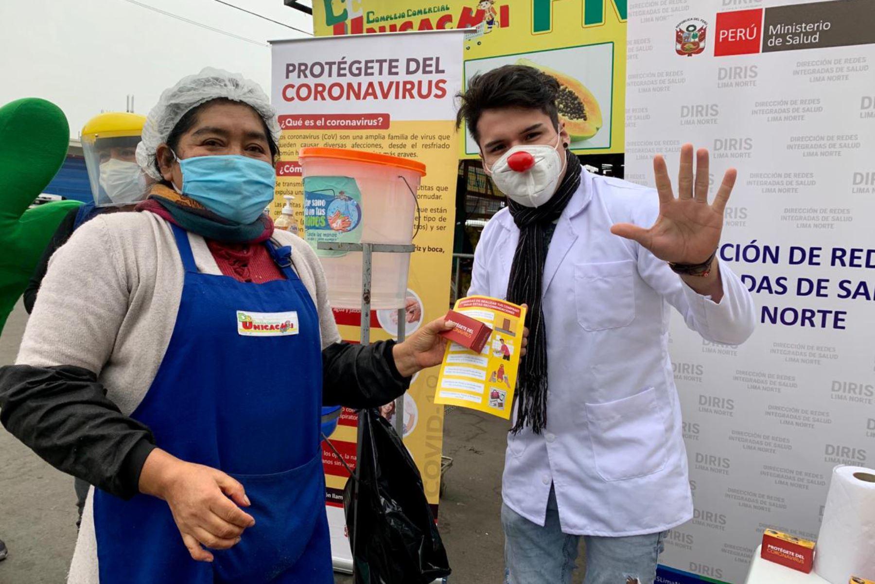 Esta mañana, personal del MINSA brindó orientación y demostración de las medidas para prevenir el covid-19 en el mercado Unicachi, en Comas, donde circulan cerca de 1700 personas diariamente.   Foto: MINSA