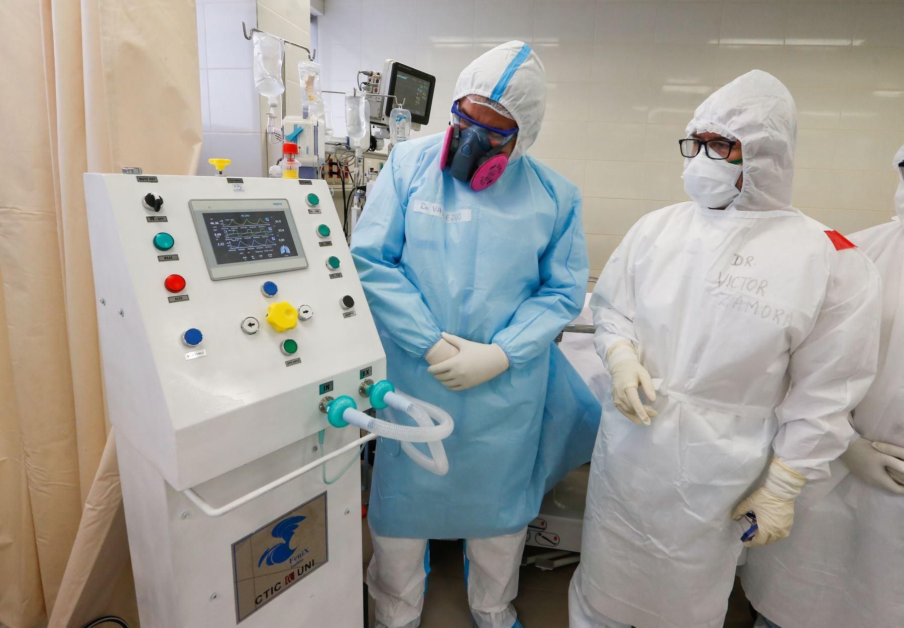 El ventilador mecánico 'Fénix´ puede ser controlado a través de un celular tipo smartphone que le permite al médicoc monitorear al paciente con covid-19 sin necesidad de exponerse constantemente al contagio. ANDINA/Minsa
