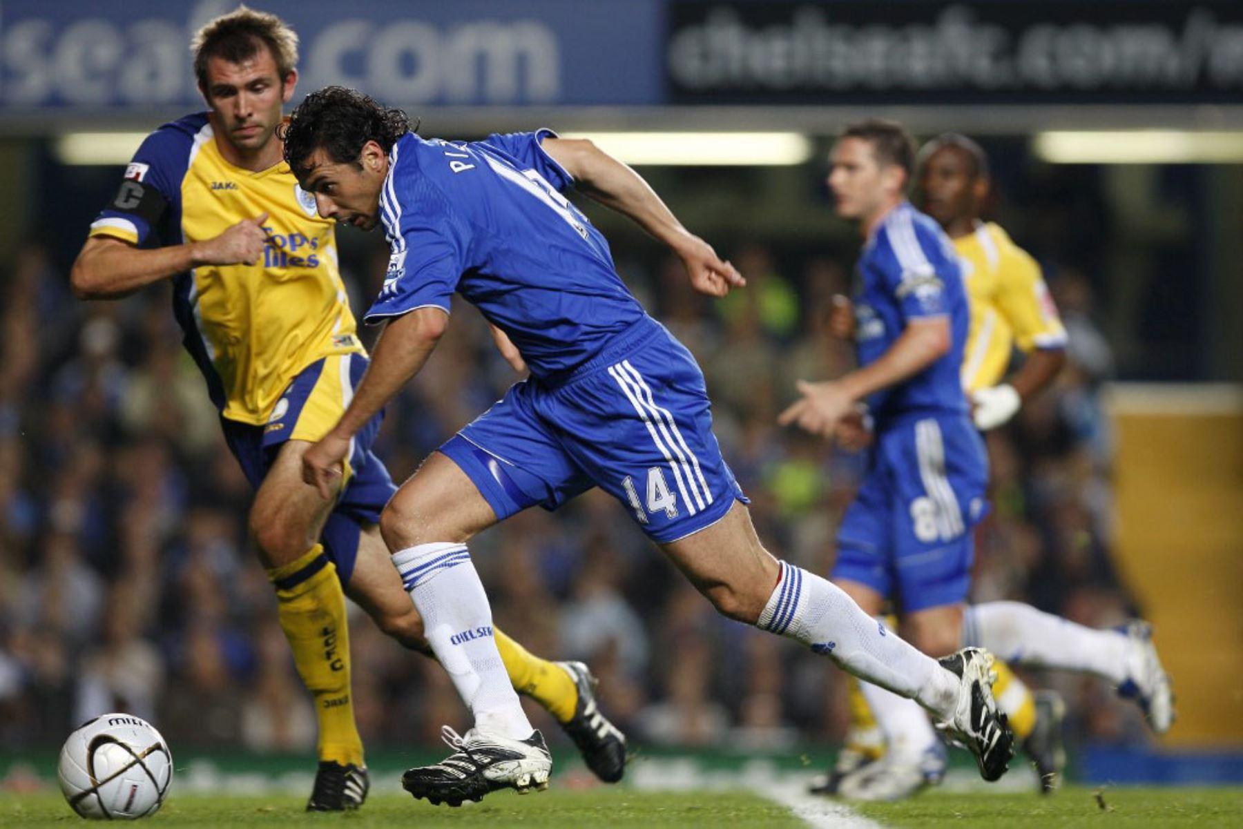 El jugador peruano de Chelsea, Claudio Pizarro , corre en defensa de Leicester City durante el partido de fútbol de la cuarta ronda de la Copa Carling en Stamford Bridge en Londres. Foto: AFP