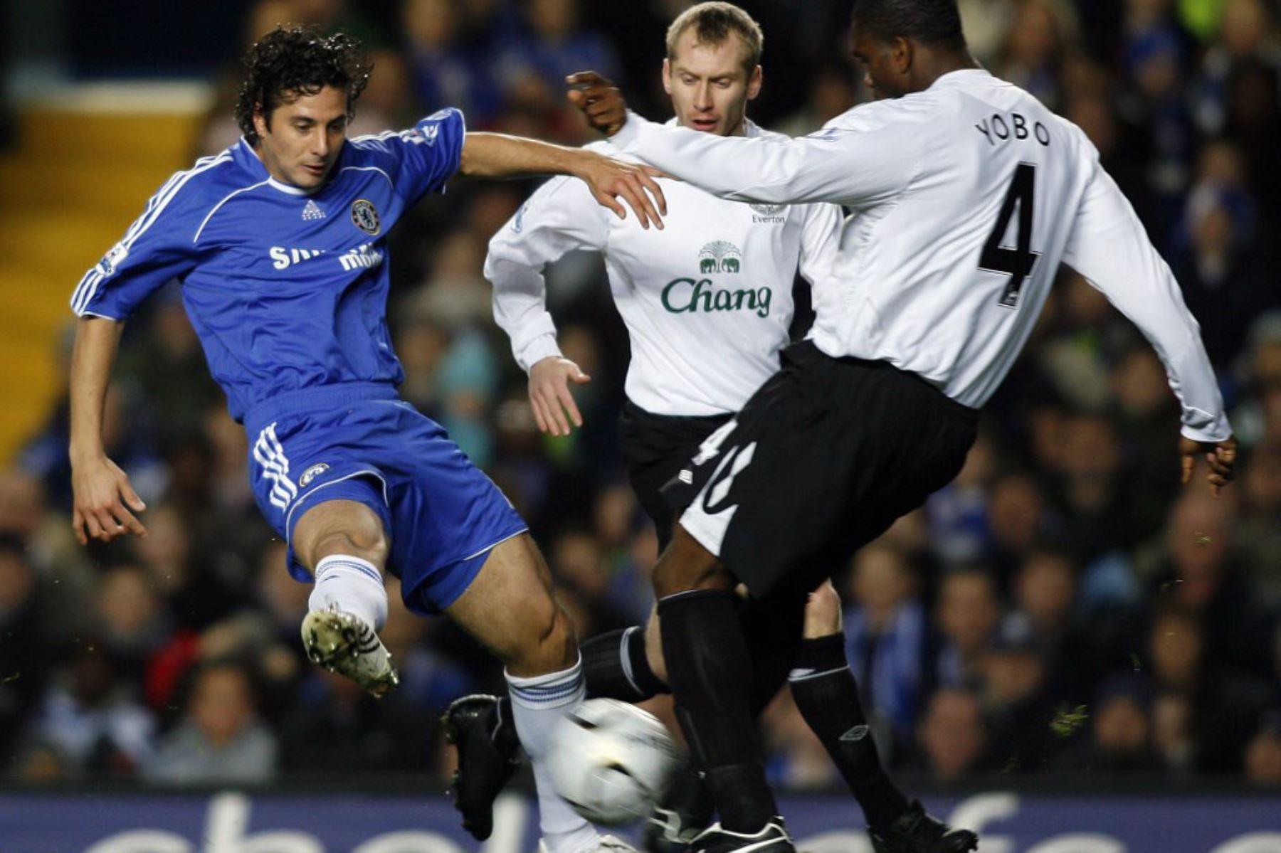 Claudio Pizarro  del Chelsea compite con Joseph Yobo del Everton durante su partido de ida en la semifinal de la Carling Cup en Stamford Bridge en Londres. Foto: AFP