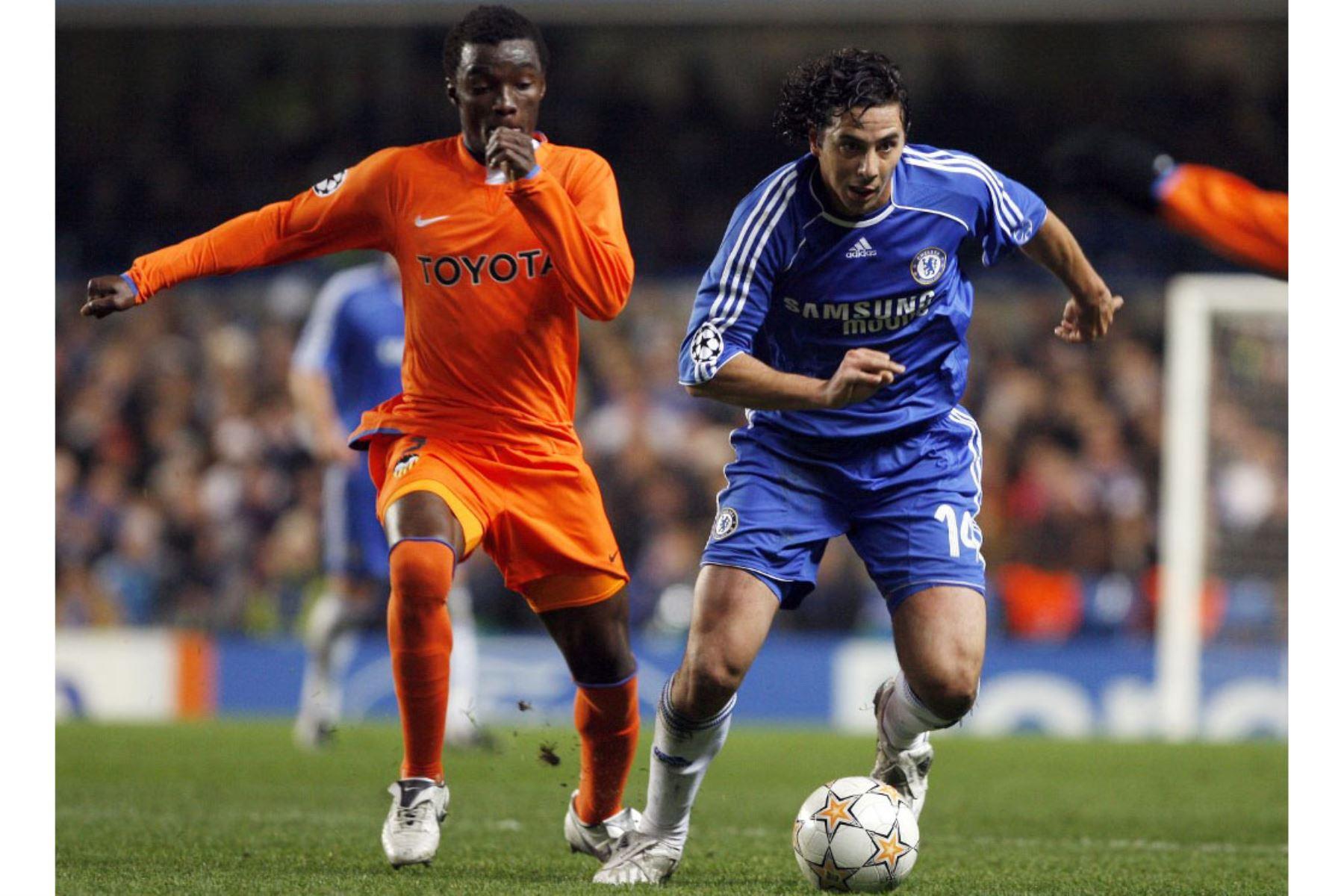 Claudio Pizarro del  Chelsea compite por el balón contra Sunny de Valencia durante el partido del Grupo B de la Liga de Campeones en Stamford Bridge en Londres. Foto: AFP