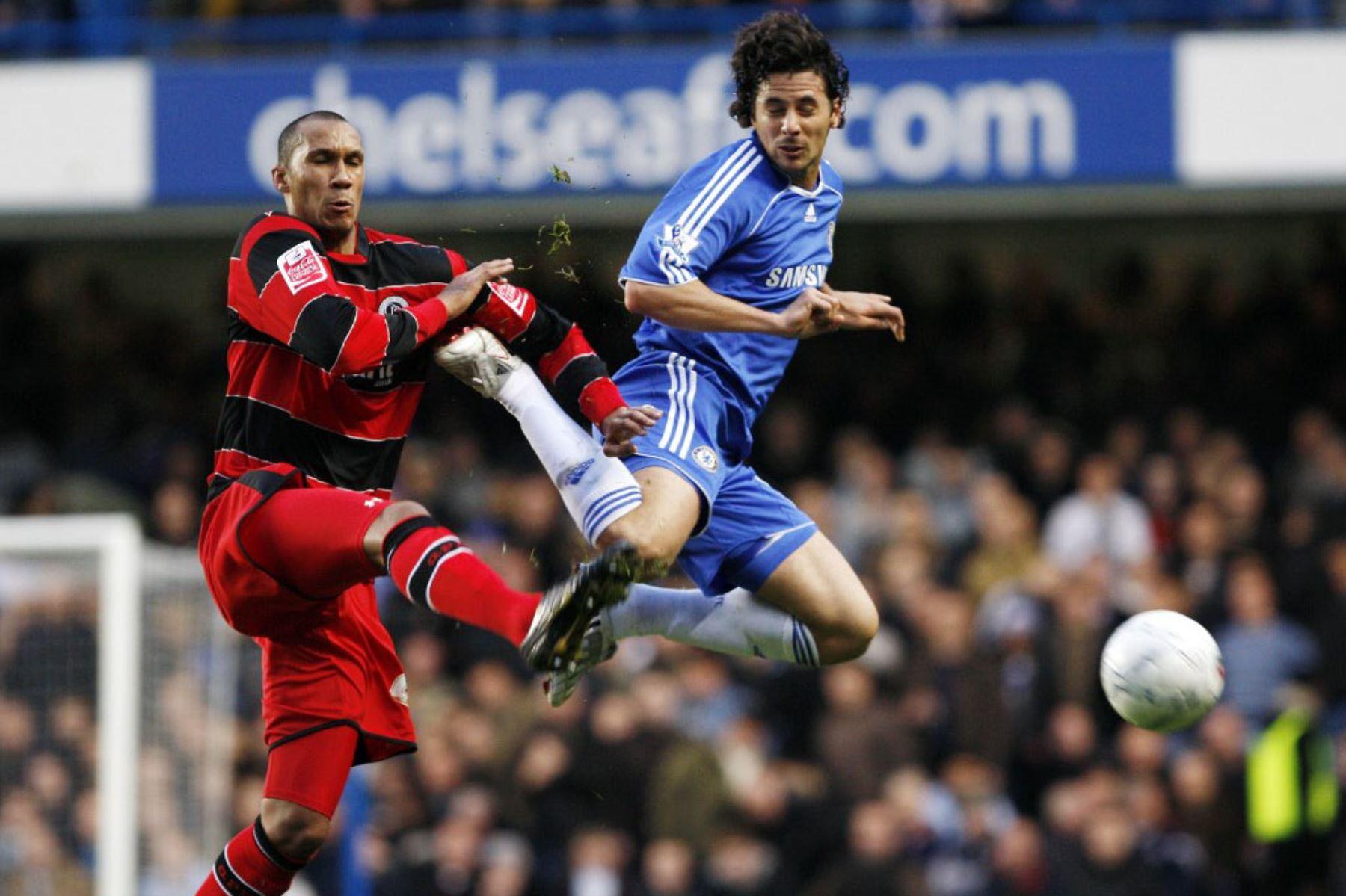 El peruano Claudio Pizarro del Chelsea intenta tirar la pelota bajo un desafío de Fitz Hall  de Queens Park Rangers durante el partido de fútbol de la tercera ronda de la Copa FA en Stamford Bridge en Londres. Foto: AFP