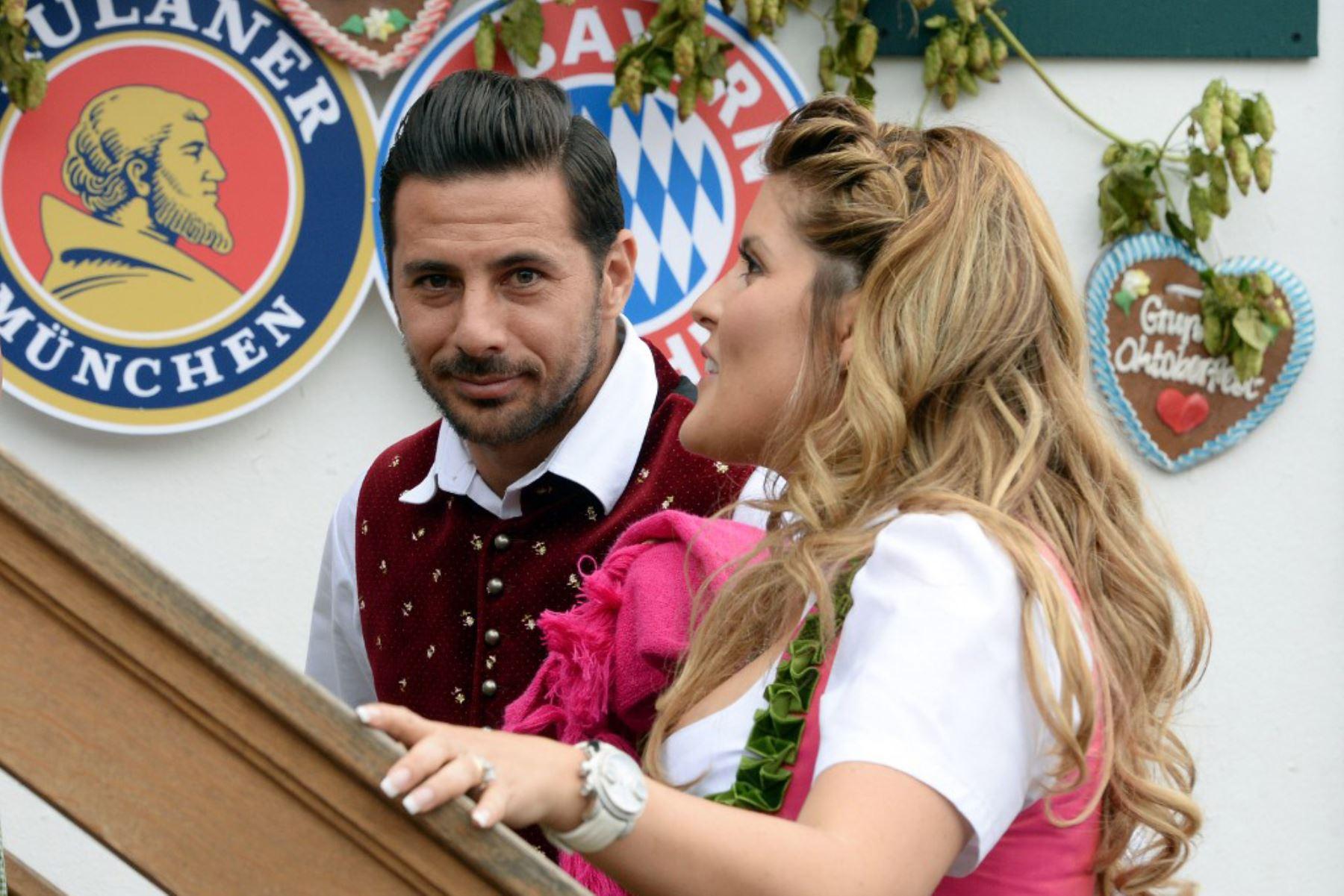 El delantero peruano del Bayern Múnich, Claudio Pizarro y su esposa Karla Salcedo llegan para la tradicional visita del club de fútbol alemán de primera división FC Bayern Munich al festival de cerveza Oktoberfest en Theresienwiese en Munich, sur de Alemania. Foto: AFP
