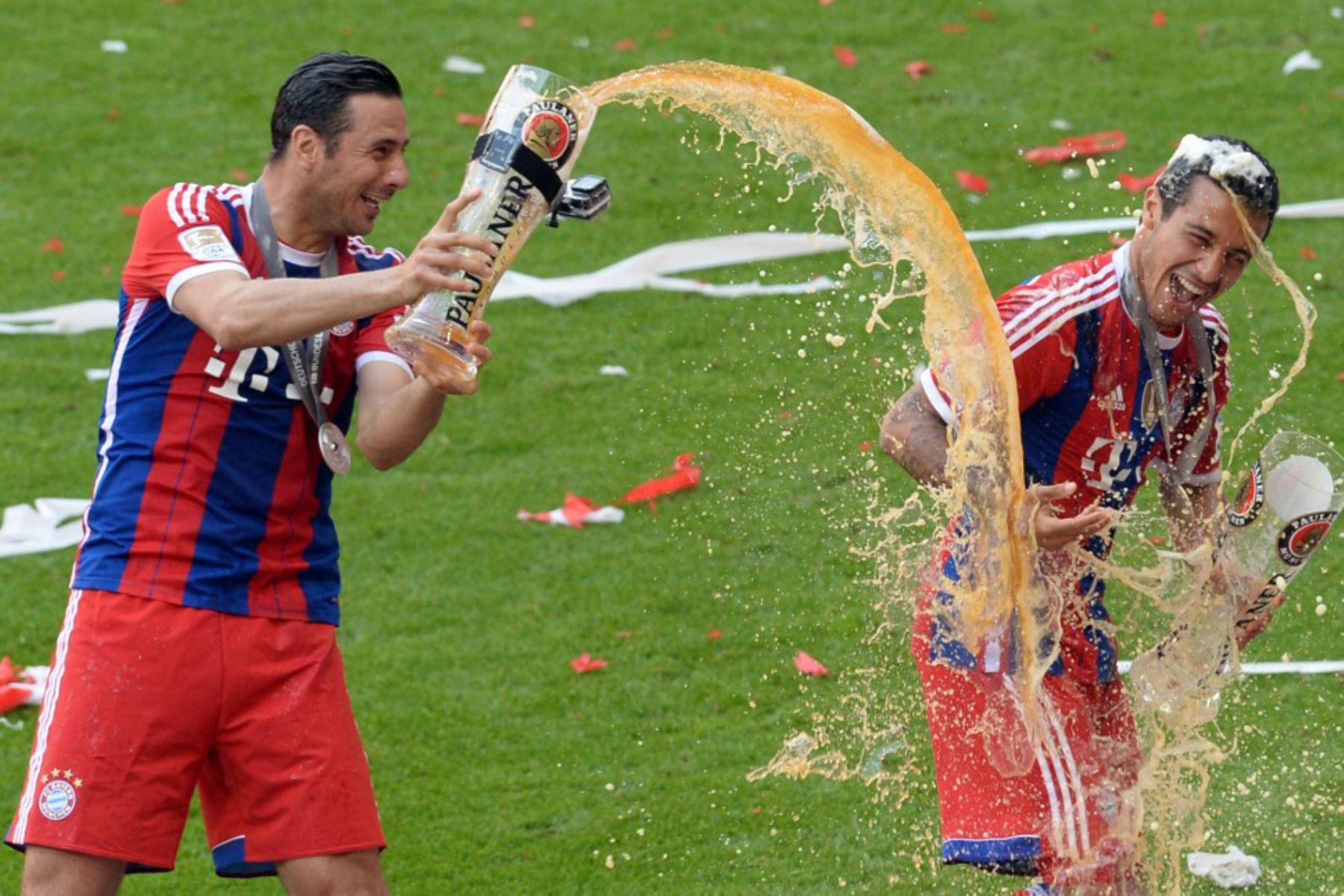 El centrocampista español del Bayern Múnich Thiago Alcántara  recibe una ducha de cerveza del delantero peruano del Bayern Múnich Claudio Pizarro después del partido de fútbol de la primera división alemana de la Bundesliga FC Bayern Múnich vs VFB Stuttgart en Múnich, sur de Alemania. Foto: AFP