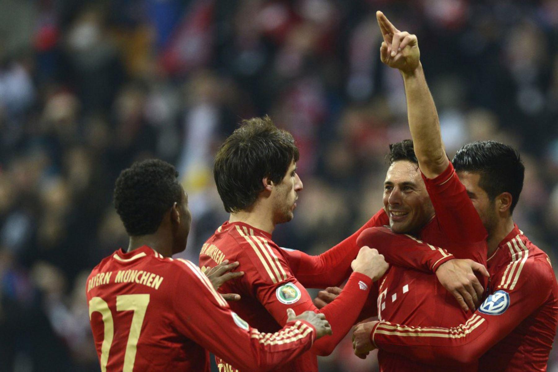 El delantero Claudio Pizarro y el centrocampista del Bayern Múnich, Emre pueden celebrar después del tercer gol para Múnich durante el partido de segunda ronda de la Copa de fútbol alemana entre el FC Bayern Múnich y el FC Kaiserslautern en Múnich, sur de Alemania. Foto: AFP