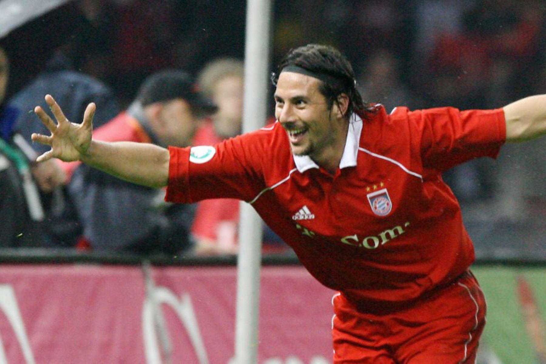 El delantero peruano del Bayern Múnich, Claudio Pizarro, celebra tras anotar contra el Eintracht Frankfurt durante la final de la Copa de Alemania en el Olympiastadion de Berlín el 29 de abril de 2006. Munich ganó el partido 1-0.  Foto: AFP