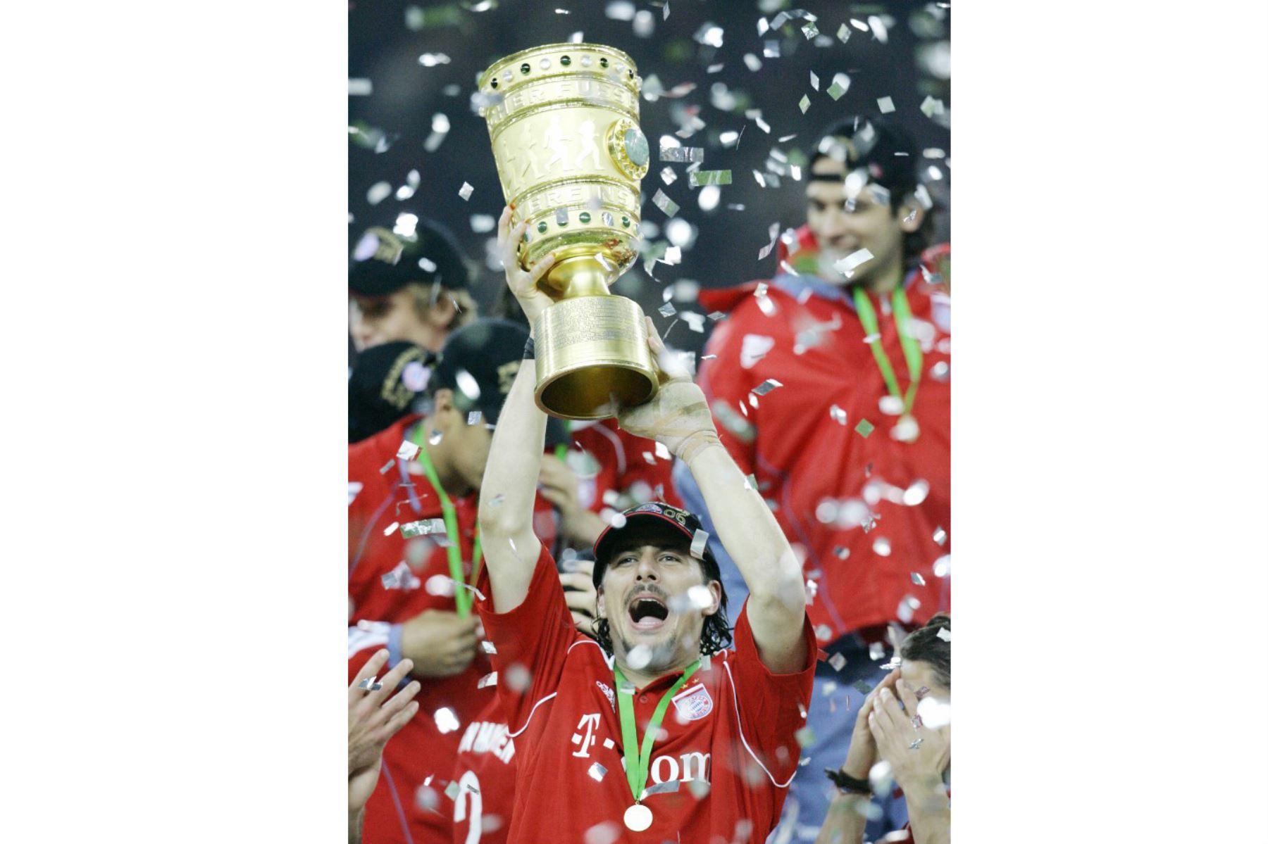 El delantero peruano del Bayern Munich, Claudio Pizarro, celebra con el trofeo después de ganar el partido final de la Copa de Alemania contra Frankfurt el 29 de abril de 2006 en el estadio olímpico de Berlín. Munich ganó el partido 1-0.  Foto: AFP