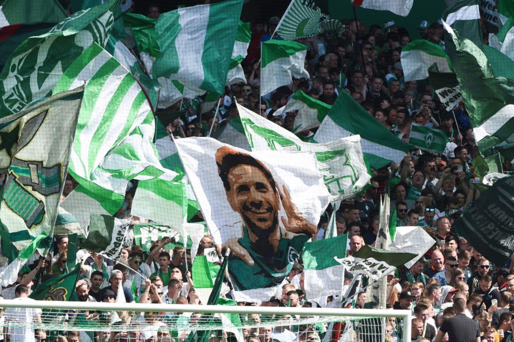 Los partidarios de Bremen ondean una bandera con una imagen del delantero peruano de Bremen Claudio Pizarro durante el partido de fútbol de la Bundesliga de la primera división alemana entre Werder Bremen y RB Leipzig en Bremen, Alemania occidental. Foto: AFP