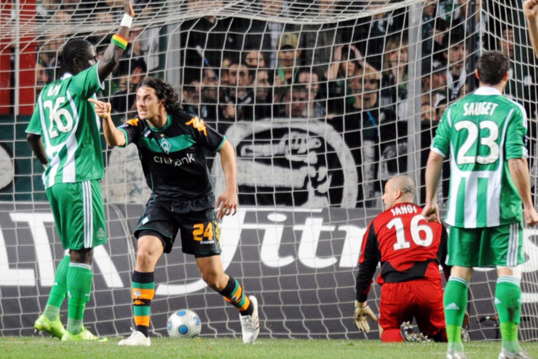 El delantero del Werder Bremen, Claudio Miguel Pizarro celebra tras marcar un gol durante el partido de fútbol de la Copa de la UEFA Saint-Etienne contra el Werder Bremen. Foto: AFP