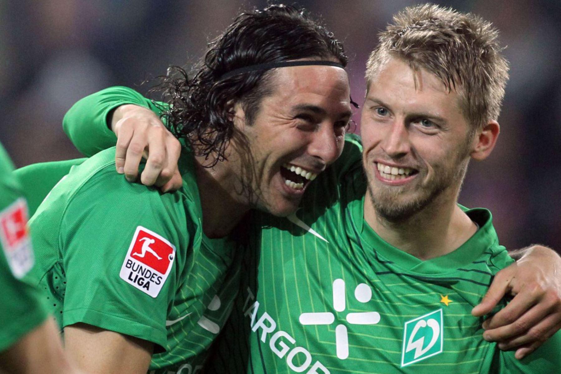 El delantero peruano de Werder Bremen Claudio Pizarro celebra después de anotar el 1-2 durante el partido de fútbol de la primera división alemana de la Bundesliga FSV Mainz 05 vs. SV Werder Bremen en la ciudad alemana de Mainz. Foto: AFP