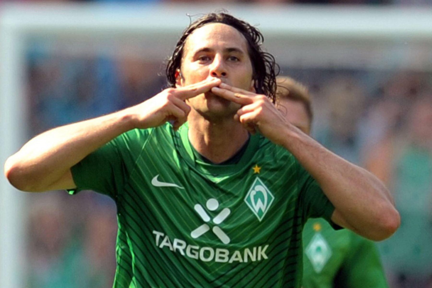 El delantero peruano de Werder Bremen, Claudio Pizarro, celebra después de anotar el 2-1 durante el partido de fútbol de la primera división alemana de la Bundesliga Werder Bremen vs. SC Freiburg en la ciudad alemana del norte de Bremen. Foto: AFP