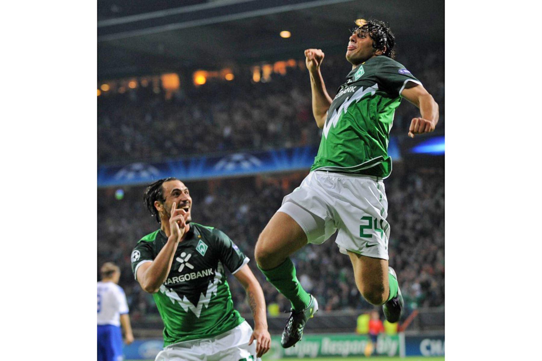 El delantero peruano de Bremen Claudio Pizarro celebra con su compañero de equipo el delantero portugués Hugo Almeida después de anotar el 3-0 durante el partido de clasificación de la Liga de Campeones de Werder Bremen (Alemania) contra Sampdoria Genua (Italia). Foto: AFP
