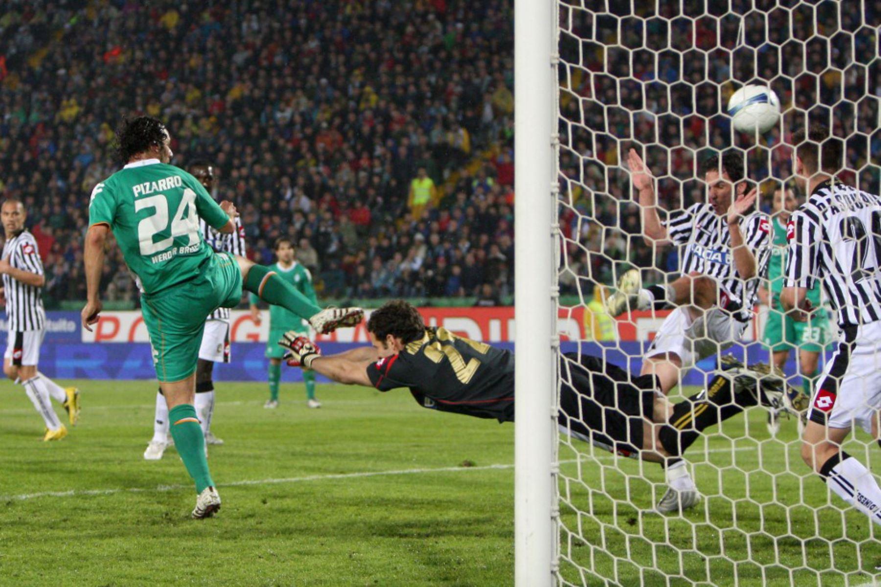 Claudio Pizzaro  del Werder Bremen anota contra el Udinese durante su partido de cuartos de final de la Copa de la UEFA. Foto: AFP