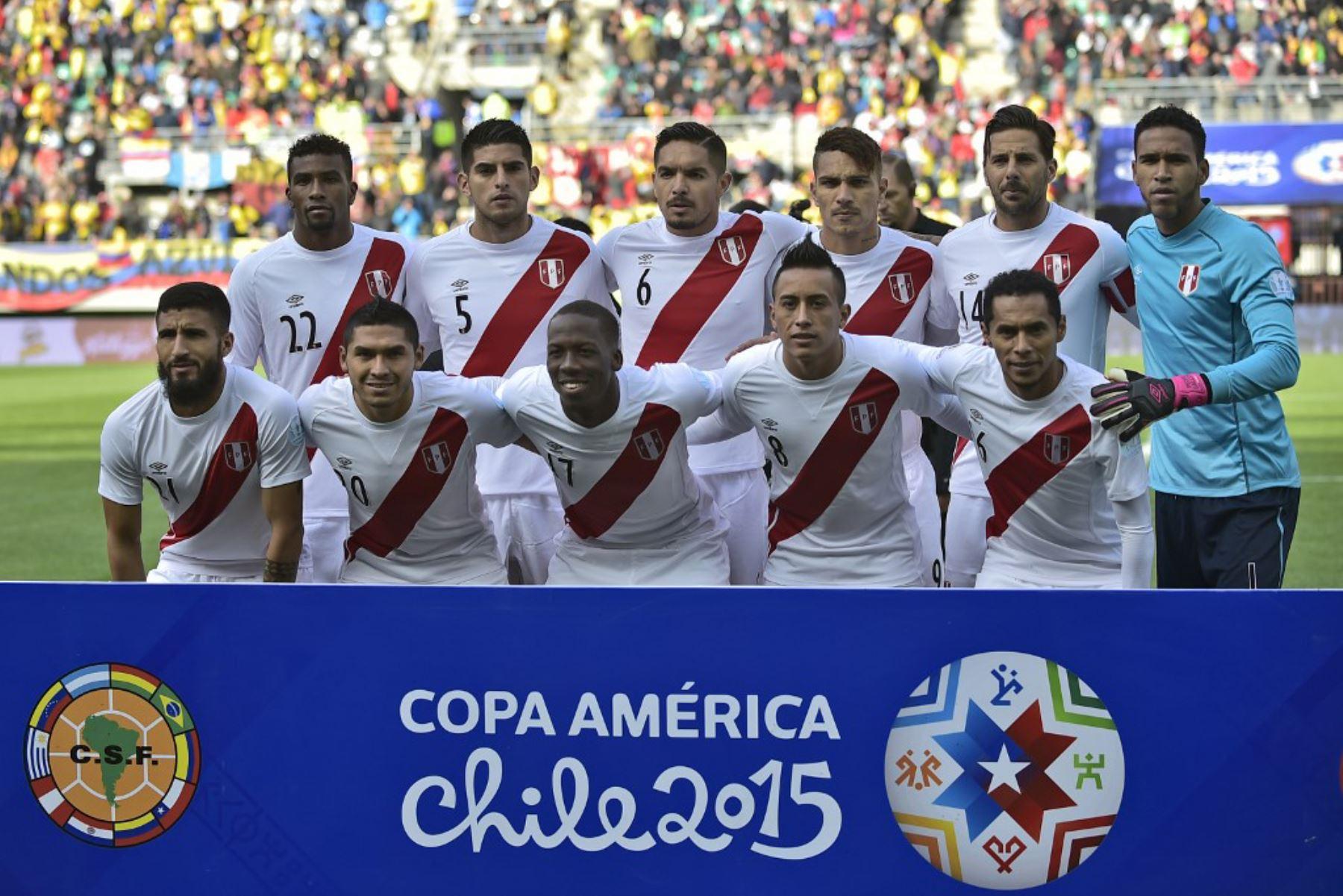 Los jugadores de Perú posan para las fotos antes del comienzo del partido de campeonato de fútbol de la Copa América 2015 contra Colombia, en Temuco, Chile. Foto: AFP