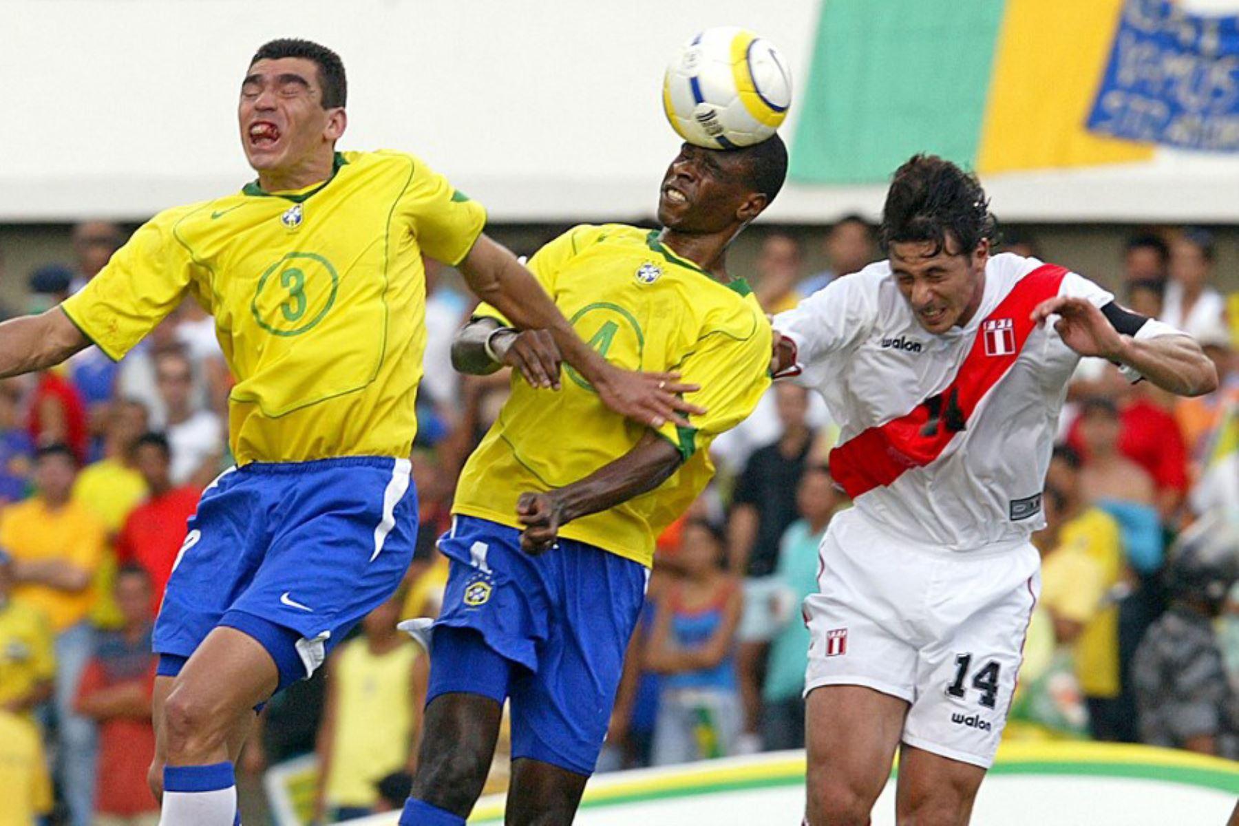 El defensor brasileño de fútbol Juan  encabeza la pelota en medio del defensor Lucio y el peruano Claudio Pizarro  durante su partido de clasificación sudamericano de la Copa Mundial de la FIFA Alemania 2006, en el estadio Serra Dourada en Goiania, Brasil.  Foto: AFP