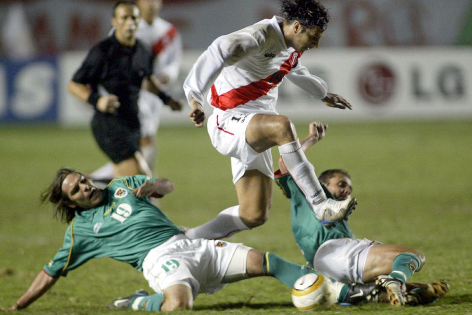 El peruano Claudio Pizarro lucha por el balón con los bolvianos Gonzalo Galindo y Sergio Jauregui en el estadio Nacional de Lima, durante el partido de primera ronda de la Copa América 2004. Perú y Bolivia empataron 2-2.  Foto :AFP