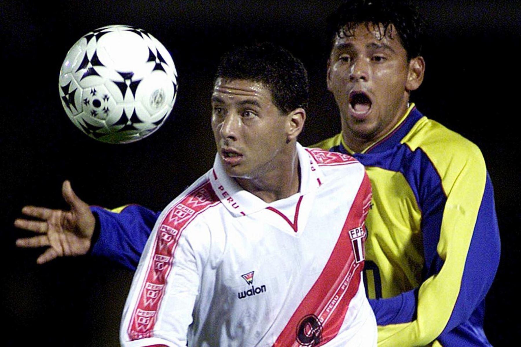 El colombiano Gerardo Bedoya ucha por el balón con el peruano Claudio Pizarro durante su partido de clasificación para la Copa del Mundo Corea-Japón 2002 en el estadio Nemesio Camacho en Bogotá. Foto: AFP