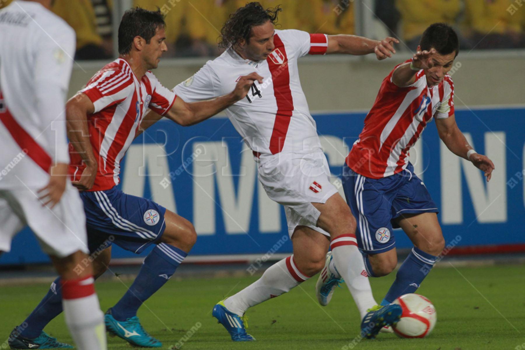 Lima – 7 octubre 2011 / Eliminatorias para el mundial Brasil 2014, Claudio Pizarro vistiendo la casaquilla de la Selección Peruana enfrentándose a su similar  de Paraguay, en el Estadio Nacional. Foto: EL PERUANO / Carlos Lezama