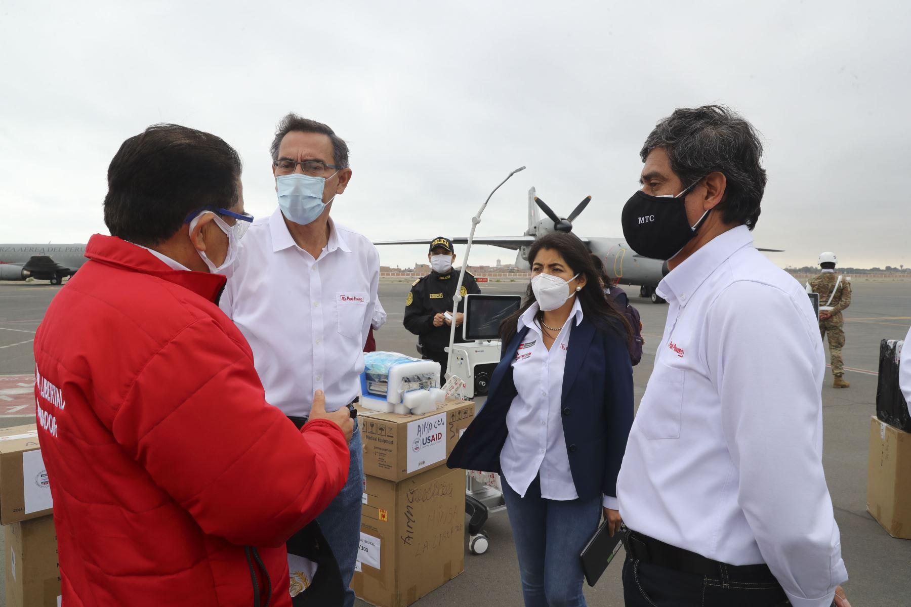 El presidente de la República, Martín Vizcarra, entrega ventiladores mecánicos para pacientes con covid-19 en la región La Libertad . Foto: ANDINA/ Prensa Presidencia