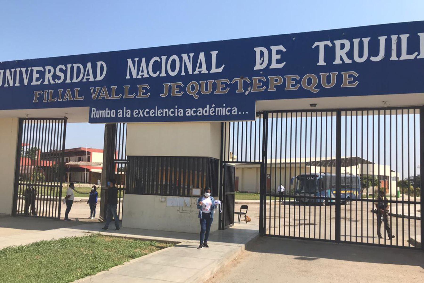 La Universidad Nacional de Trujillo entregó chips con internet a estudiantes de sus filiales de Huamachuco, Santiado de Chuco y el valle de Jequetepeque. Foto: Cortesía Luis Puell