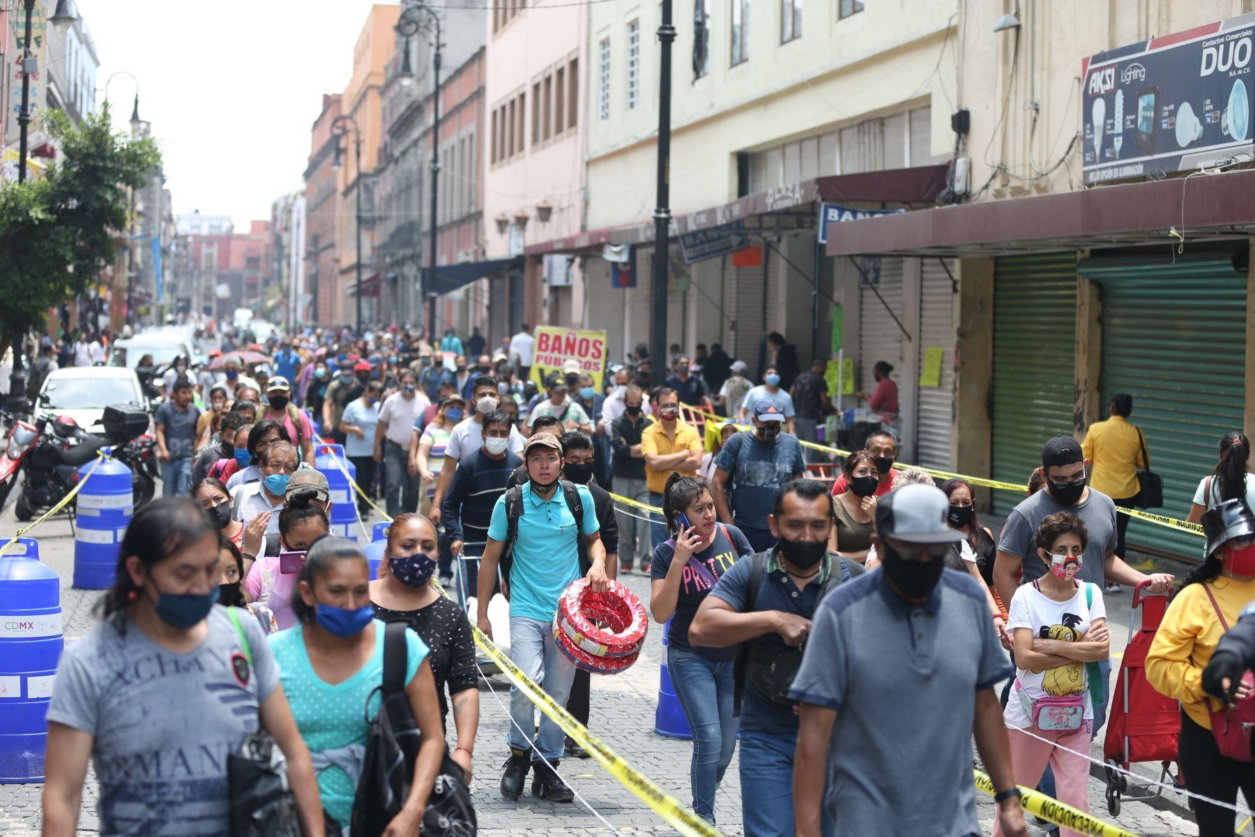 Docenas de personas hacen fila para ingresar al Centro Histórico en Ciudad de México (México). Foto: Efe.