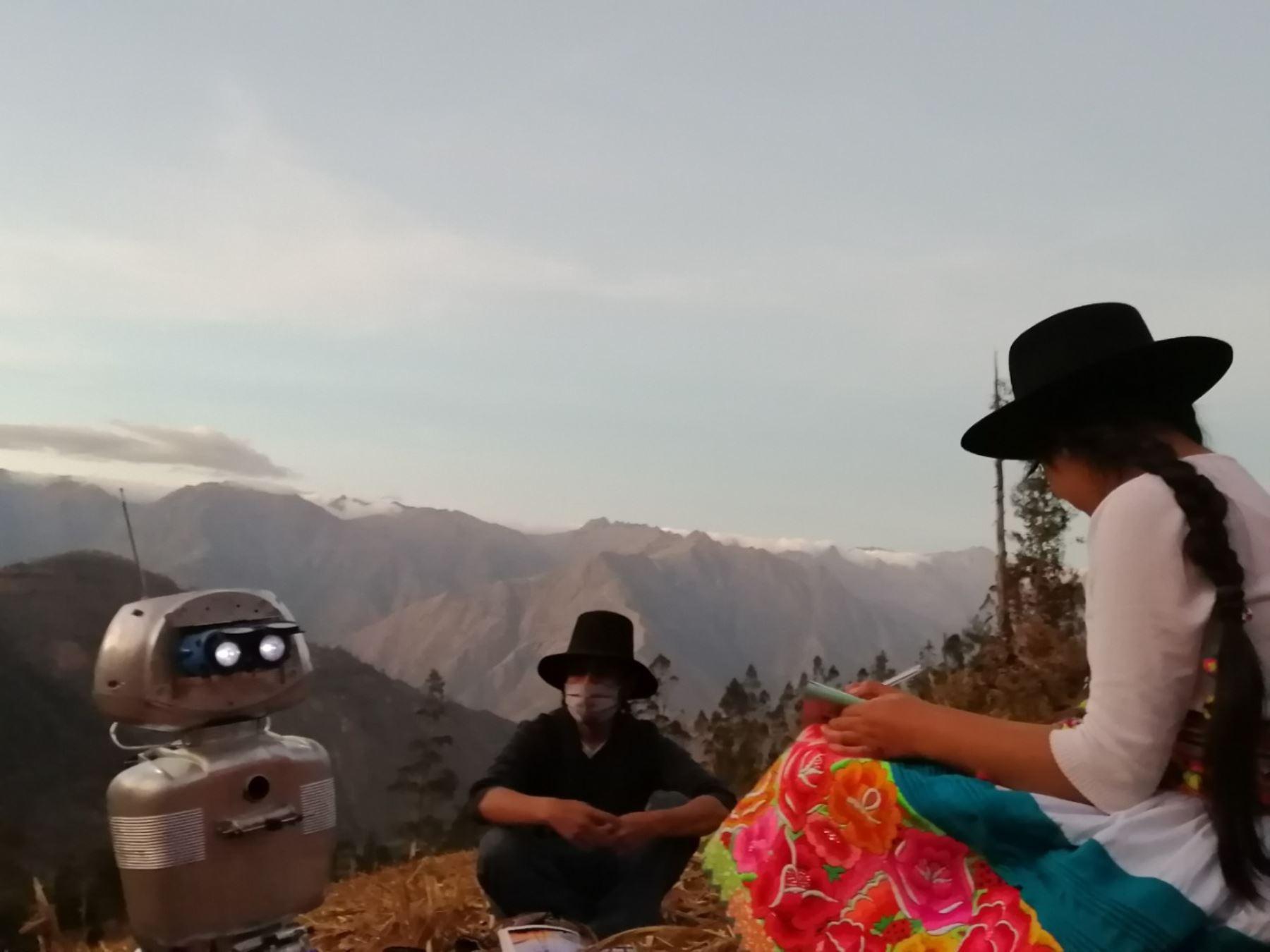 Walter Velásquez Godoy es un ingenioso docente de ciencias y tecnología que construyó un robot para enseñar a sus alumnos que viven en comunidades alejadas del distrito de Colcabamba, región Huancavelica, en el ámbito del Vraem. ANDINA/Difusión
