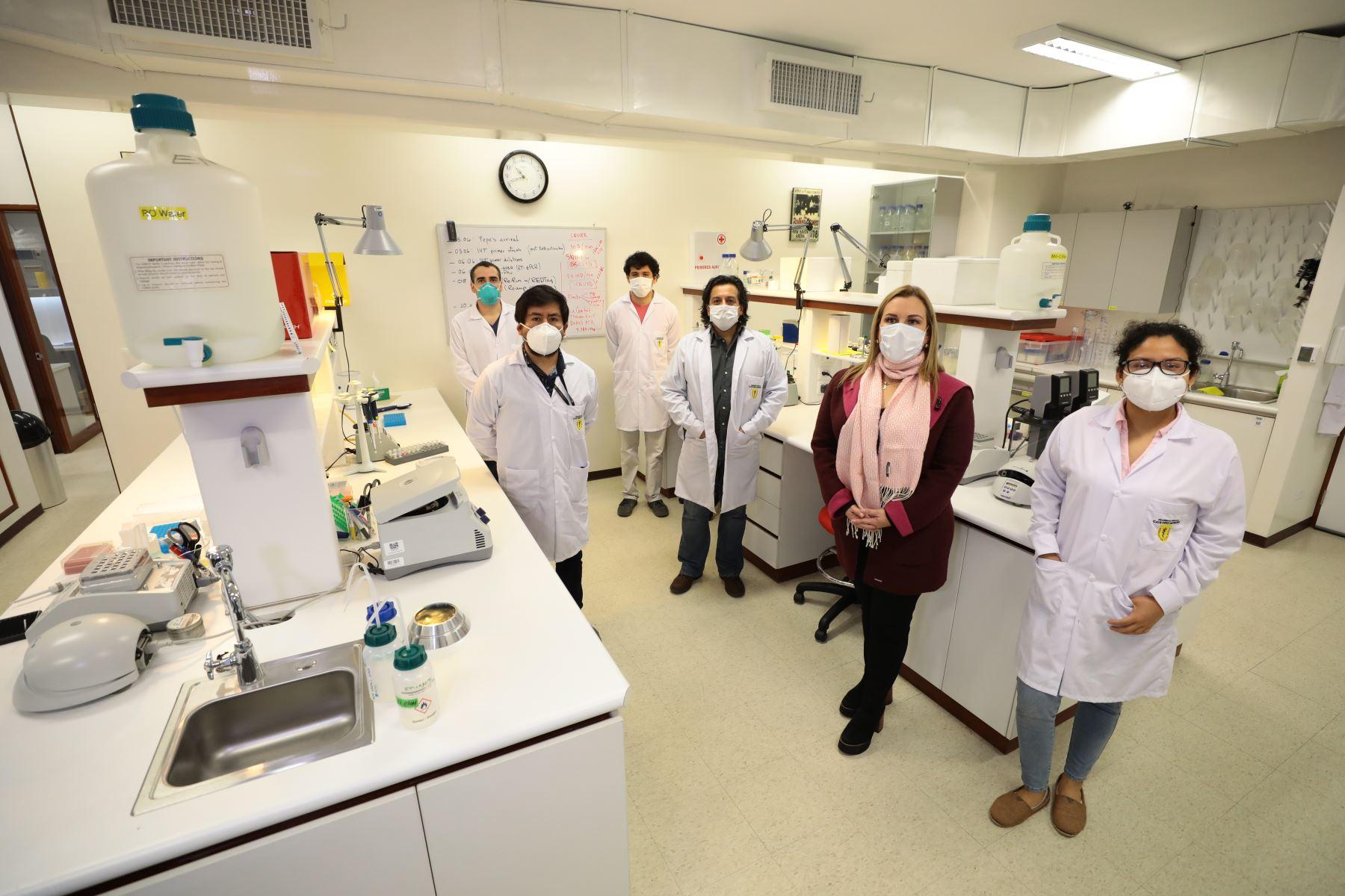 Fiorella Molinelli visitó el laboratorio de Neurobiologia de la Universidad Cayetano Heredia, donde su director, Edward Málaga-Trillo presentó la prueba molecular rápida para detectar Covid-19. Foto: ANDINA/Essalud