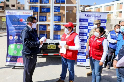 Ministra de Energía y Minas, Susana Vilca, entrega material médico para luchar contra el coronavirus en Moquegua. Foto: Cortesía.